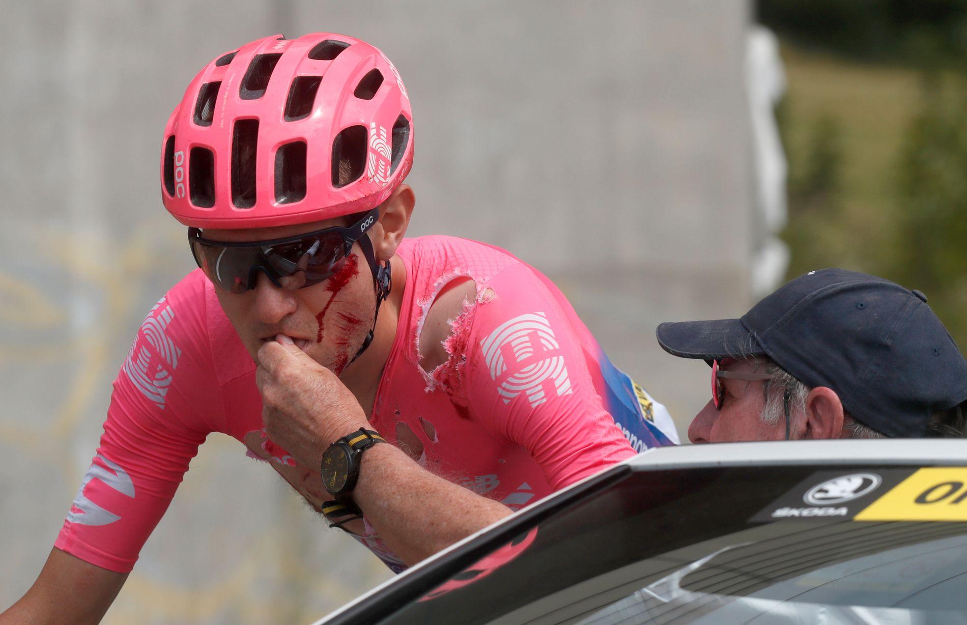 Tejay van Garderen får behandling etter velten på den syvende etappen av årets Tour de France.
