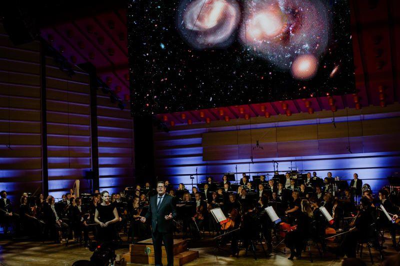 DET UTROLIGE UNIVERSET: Forskerne Susanne Flø Spinnangr og Arve Aksnes fortalte om Hubble Deep Field-prosjektet, om ufattelige avstander, eksplosjoner på soloverflaten og nordlysets magi.