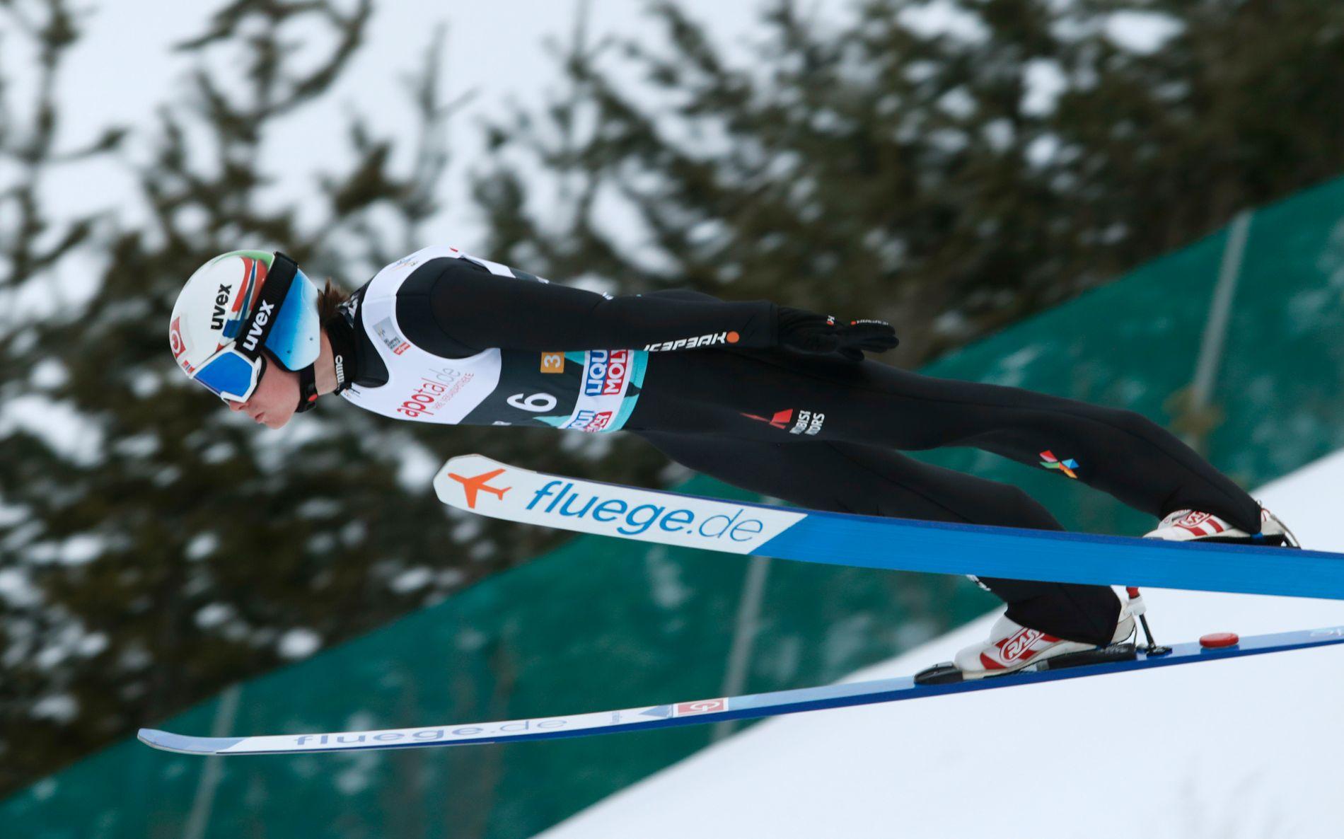 FALL: Marius Lindvik falt stygt i skiflyvningsbakken i Planica torsdag.