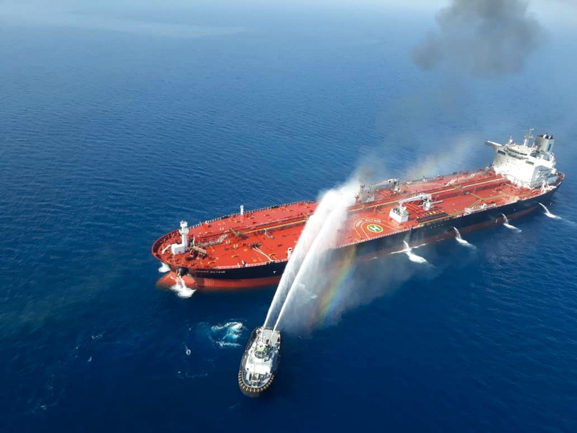 En båt fra den iranske marinen deltok torsdag i slukkingen av brannen på oljetankeren Front Altair, som eies av John Fredriksens rederi Frontline. Foto: Tasnim / AP / NTB scanpix