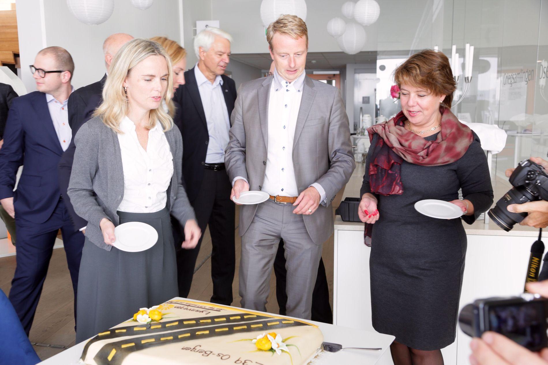 FEST PÅ OS: Den nye veien mellom Bergen og Os feires med kake på pressekonferansen i Os fredag. Her smaker Ragnhild Stolt-Nielsen (t.h.) og Terje Søviknes på kaken.