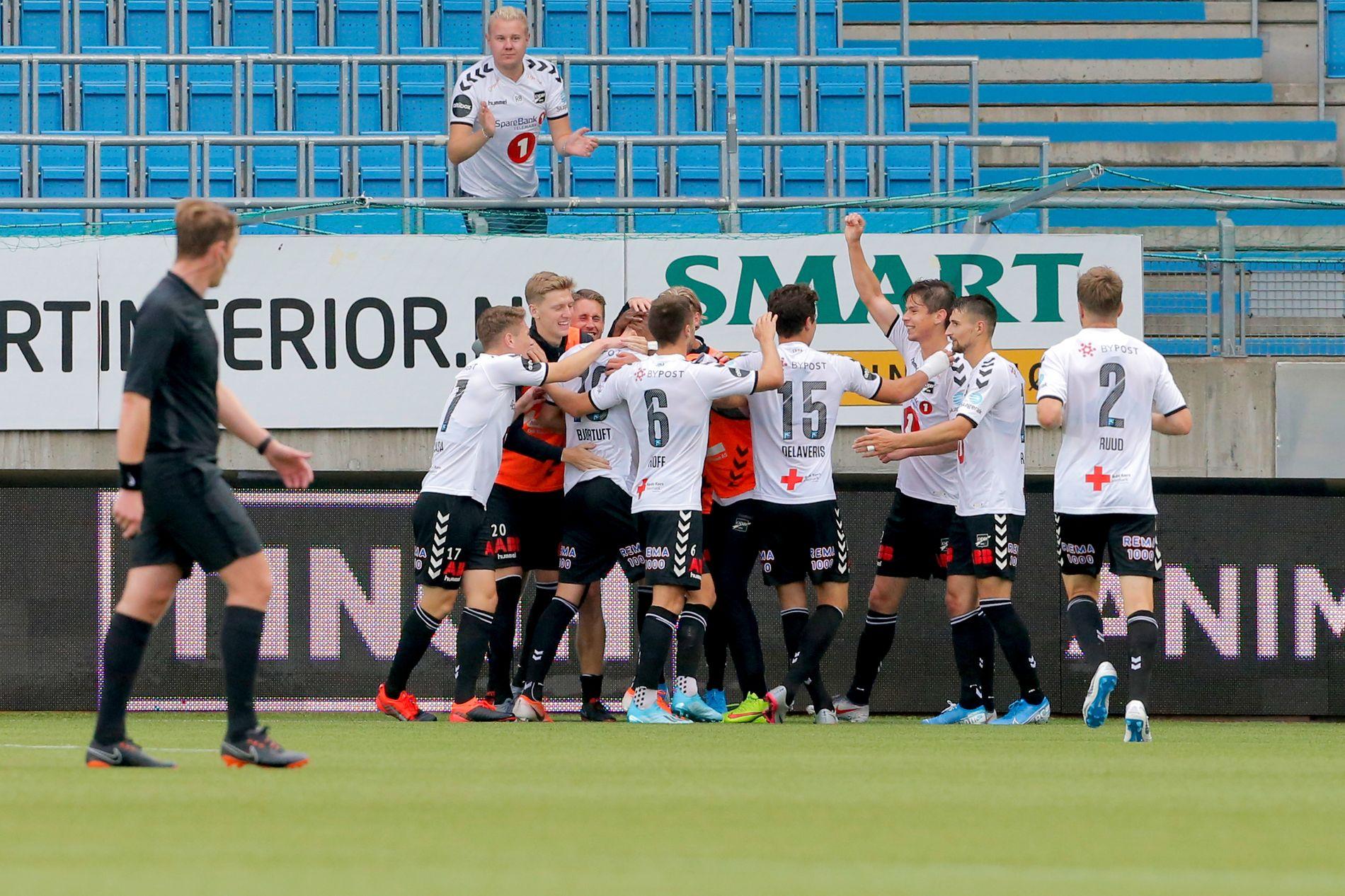 Odds Torgeir Børven strekker hånden i været etter 2–2 scoringen i Eliteserien-kampen mot Molde søndag.