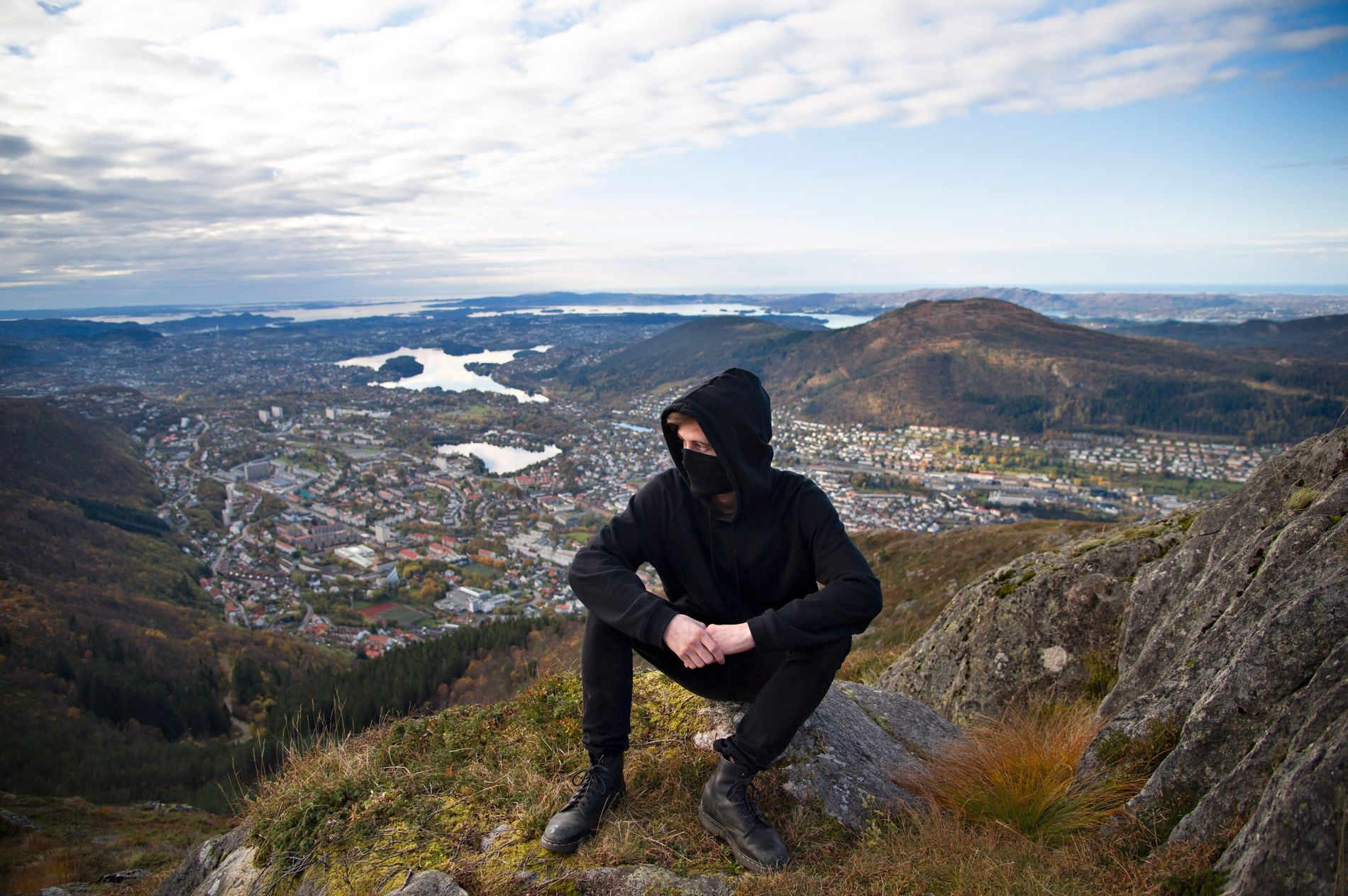 BERGEN: Alan Walker brukte Ulriken som location i singelen «Alone». Videoen har til nå 356 millioner visninger på YouTube.
