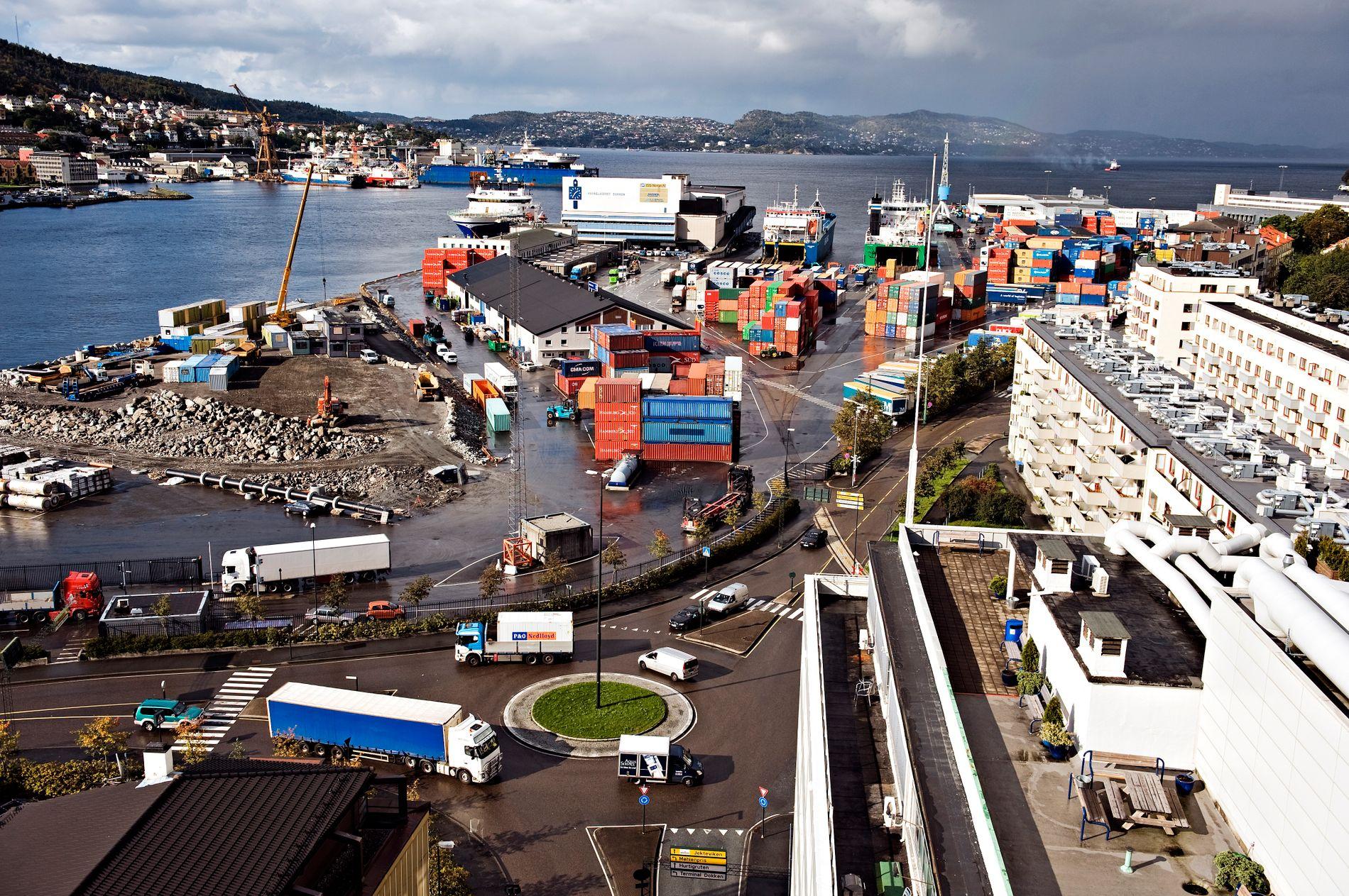 GUNSTIG: Varer strømmer inn og ut av Bergen blant annet via denne containerterminalen på Dokken. Slik handel er bra for både rike og fattige land, mener innsenderen.