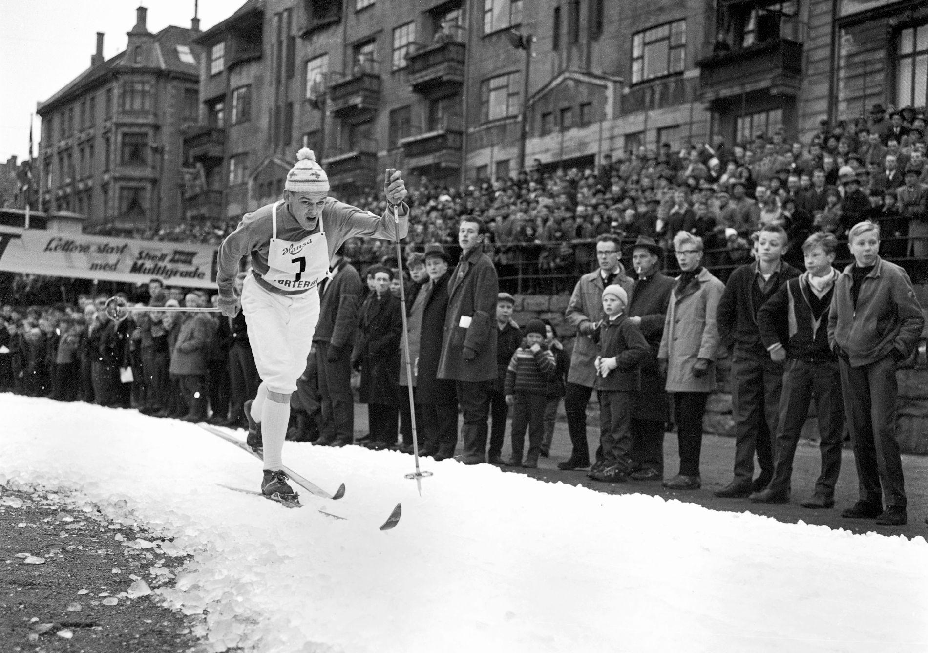 KUNSTSNØ: Svenskenes verdensstjerne Assar Rønnlaund ble nummer to etter Harald Grønningen i rennet på hundre tonn kunstsnø på Møhlenpris i Nygårdsparken i november 1961. Tre tusen tilskuere sto rundt banen, syv tusen ventet inne i parken.