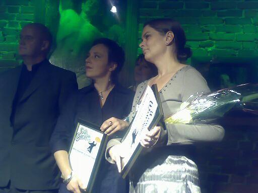 SØLV: Kjersti Knutsen og Synnøve Bakke i NRK fikk Sølvparaply for sitt arbeid med kvikksølvbarna.
