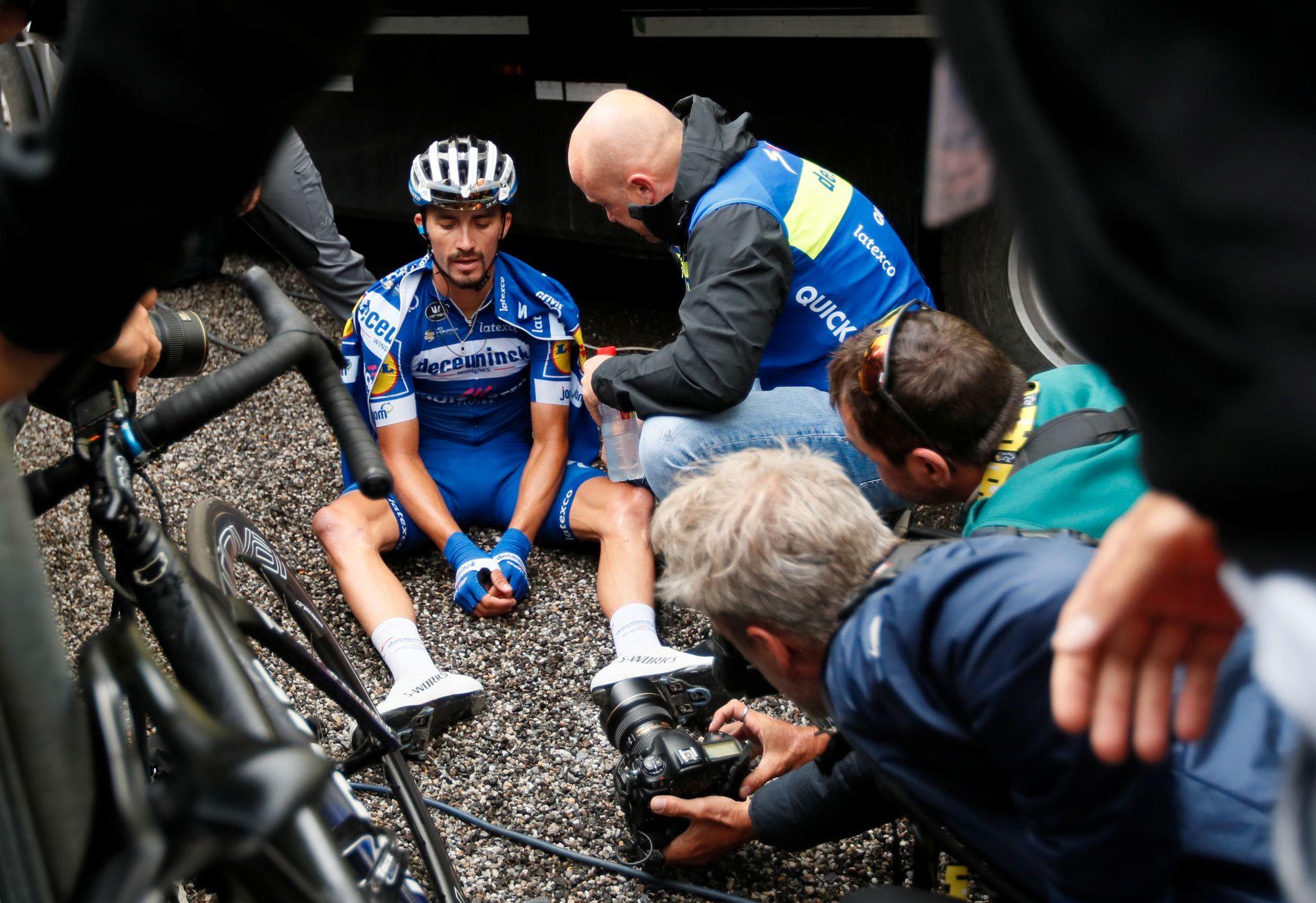 Julian Alaphilippe satt utslitt i målområdet etter etappen.