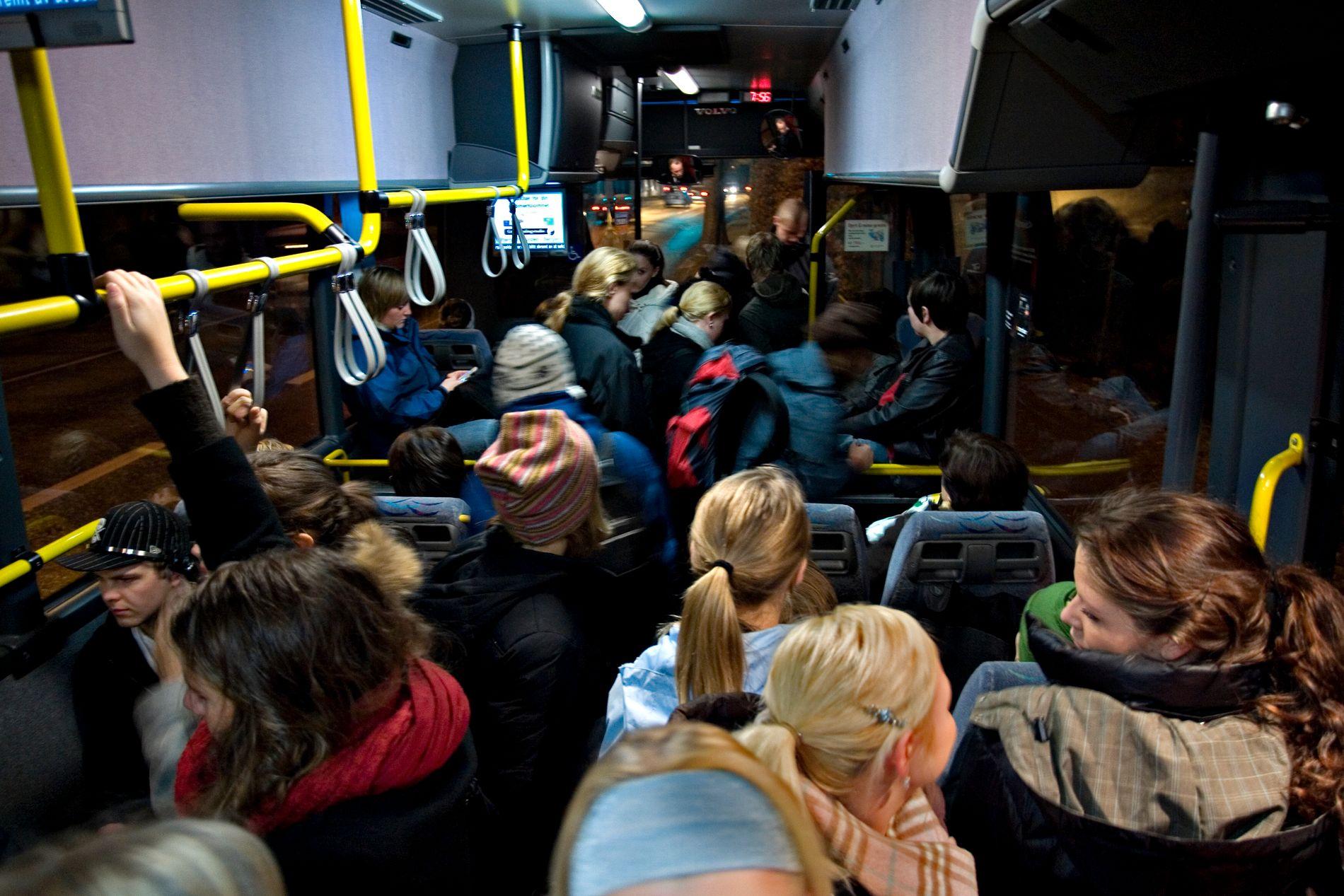 LOVLIG: Det er lov å ha stående passasjerer på samme bussen som man får bot dersom man sitter uten belte, skriver innsenderen.