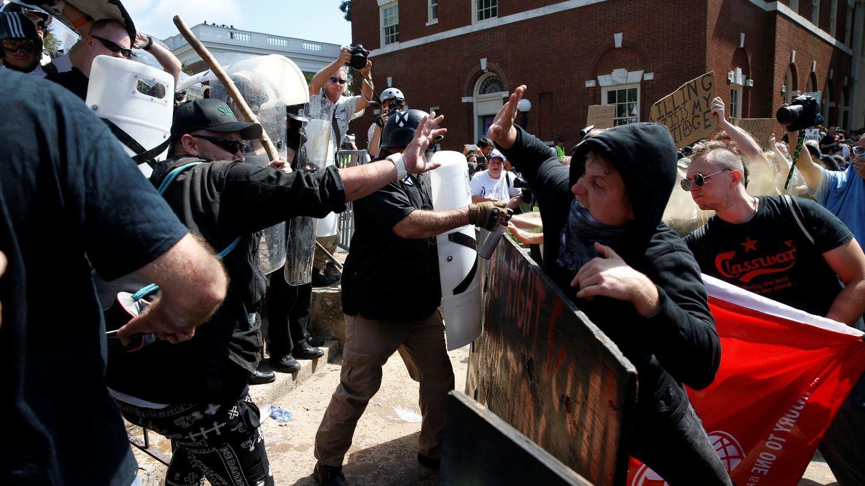 KAOTISK: Den hvite nasjonalistgruppen i sammenstøt med motdemonstranter i Charlottesville samme dag som en kvinne ble bildrept her.