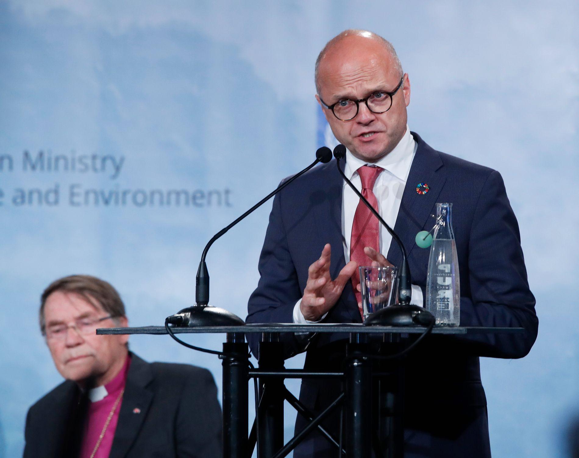 Statsråd Vidar Helgesen (t.h.) har signert miljøavtale med den amerikanske delstaten California. Foto: Lise Åserud / NTB scanpix