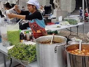 THAIMAT: Når thaikokker stiller på Festplassen, kan det sikkert lønne seg å være på plass.