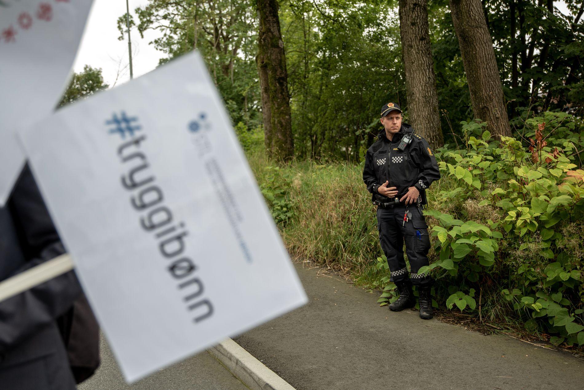 VÆPNET POLITI: Politiet var også til stede for å skape trygghet rundt fredagsbønnen.