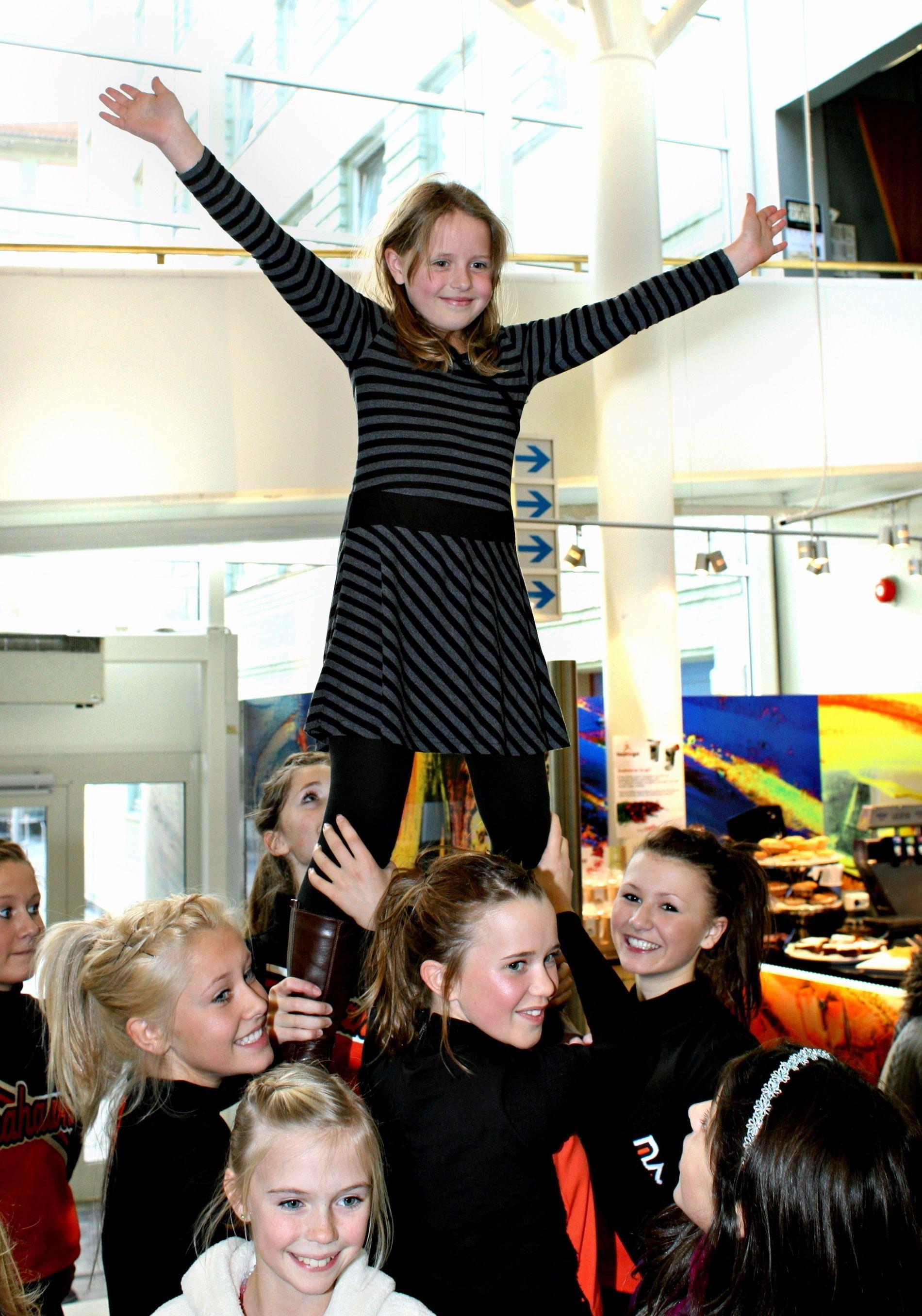 GLØDER AV FORVENTNING: Her varmer Malin Marie opp i foajeen, som midlertidig æresgjest hos ekte cheerleaders fra Åsane Seahawks!