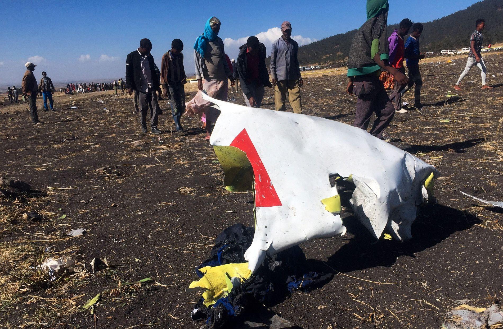VRAKDELER: På bakken ligger deler fra ulykkesflyet Ethiopian Airlines flight 302 som styrtet like ved byen Bishoftu.