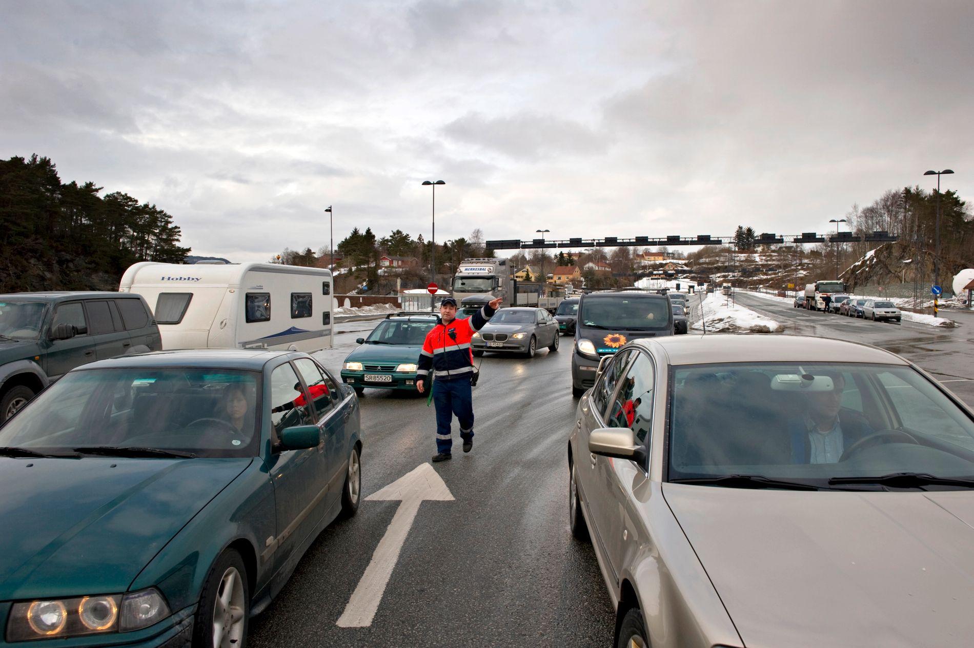 MÅ VENTE: Flere bilister har måttet finne seg i å vente på neste fergeavgang.