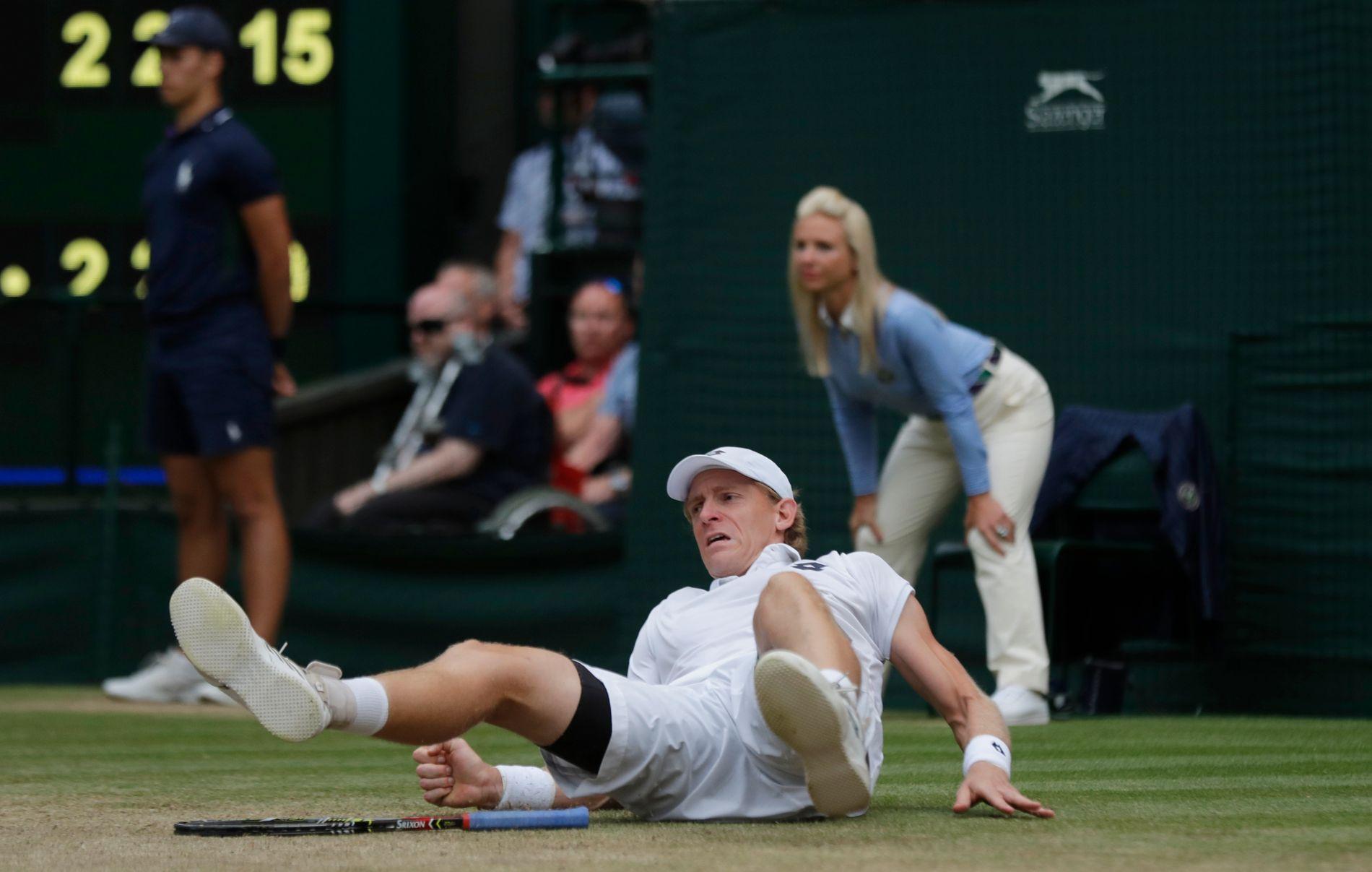 Her ligger en utslitt Kevin Anderson på bakken under Wimbledon-semifinalen mot John Isner. Kampen varte i over seks timer.