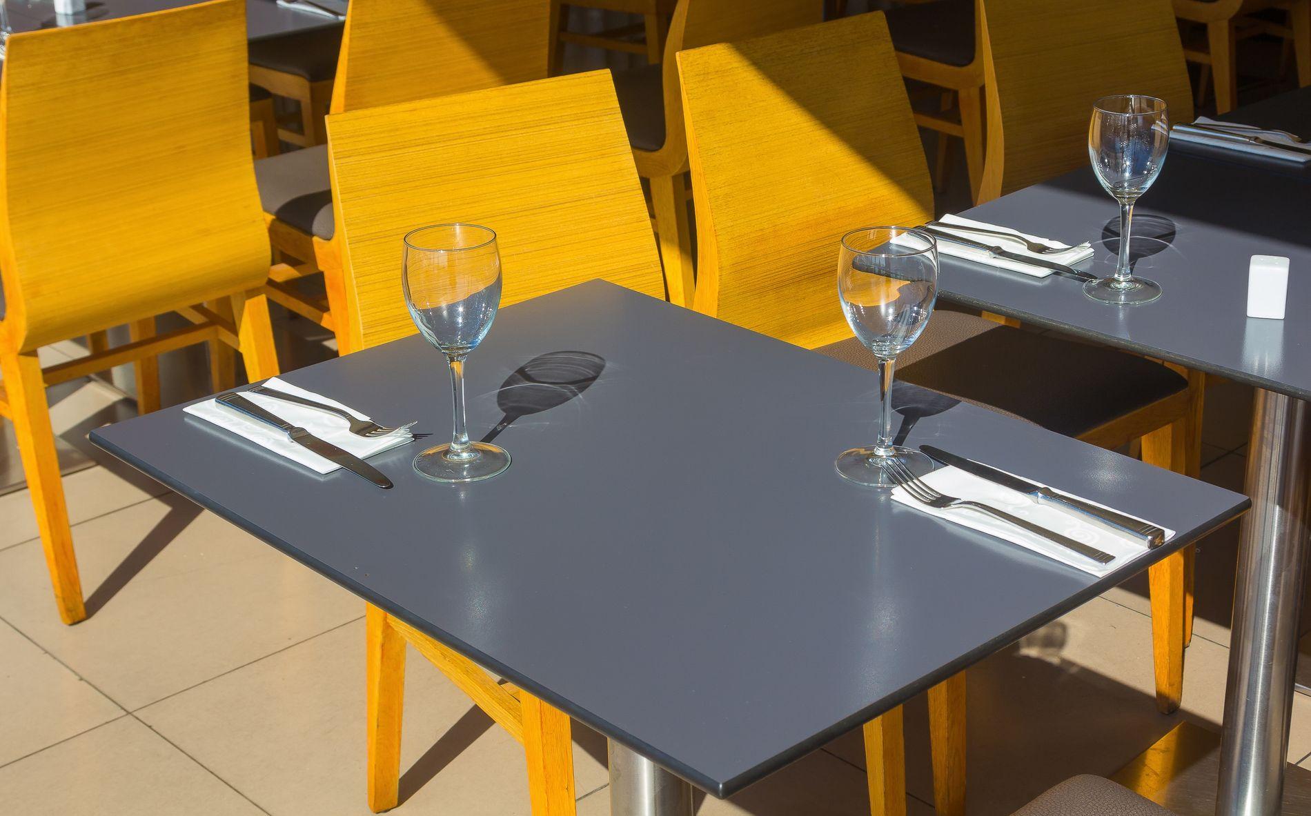 TETT I TETT: Restaurantene har det med å plassere bordene særdeles tett, og av og til kan det bli i kleineste laget.