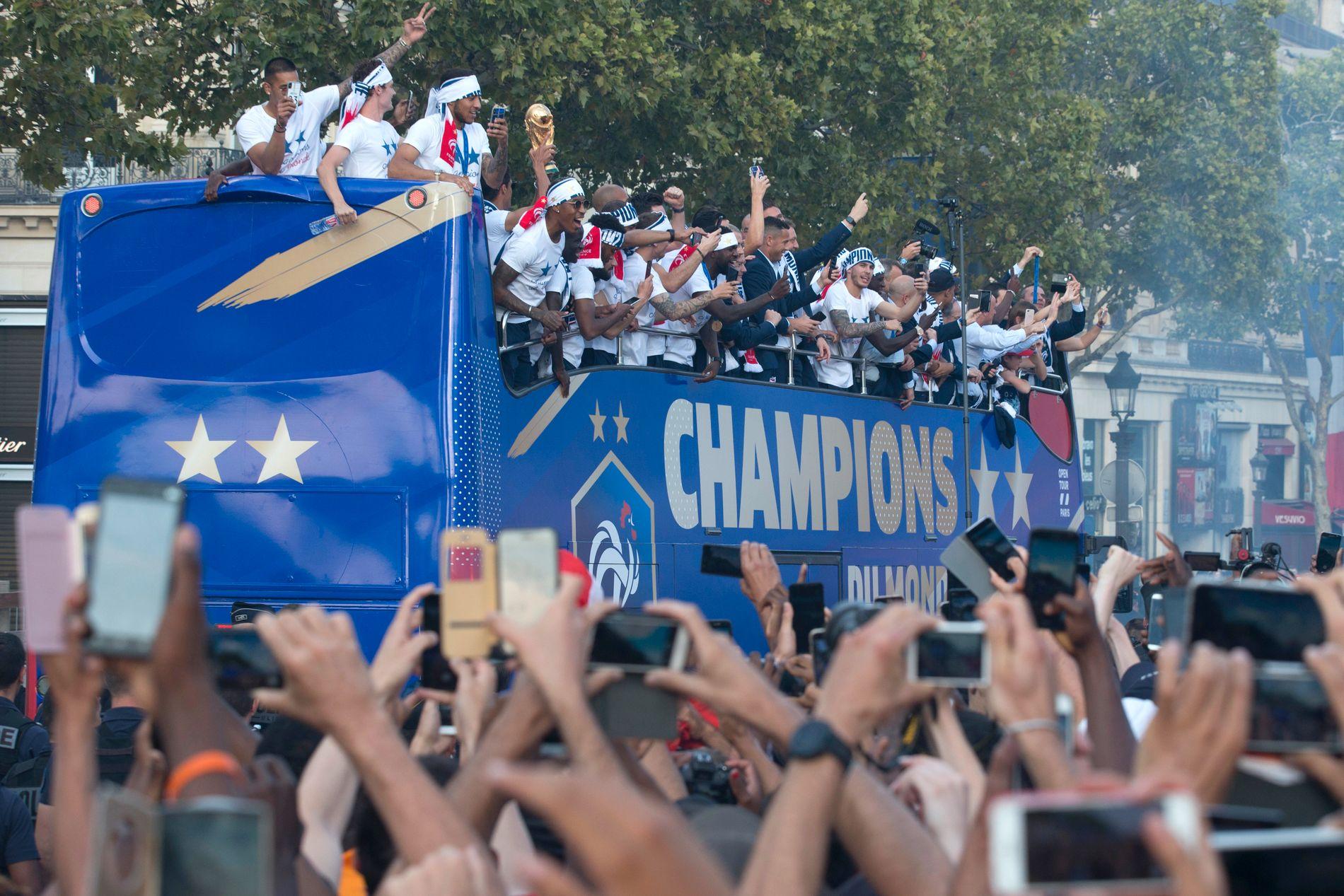 De franske spillerne fikk en flott æresrunde i den franske hovedstaden etter ankomst fra Moskva.