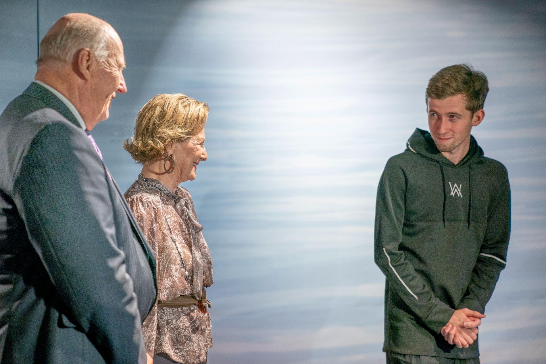 SKY: Musiker Alan Walker hilser sjenert på dronning Sonja og kong Harald før han skal underholde kongeparet og flere hundre gjester.