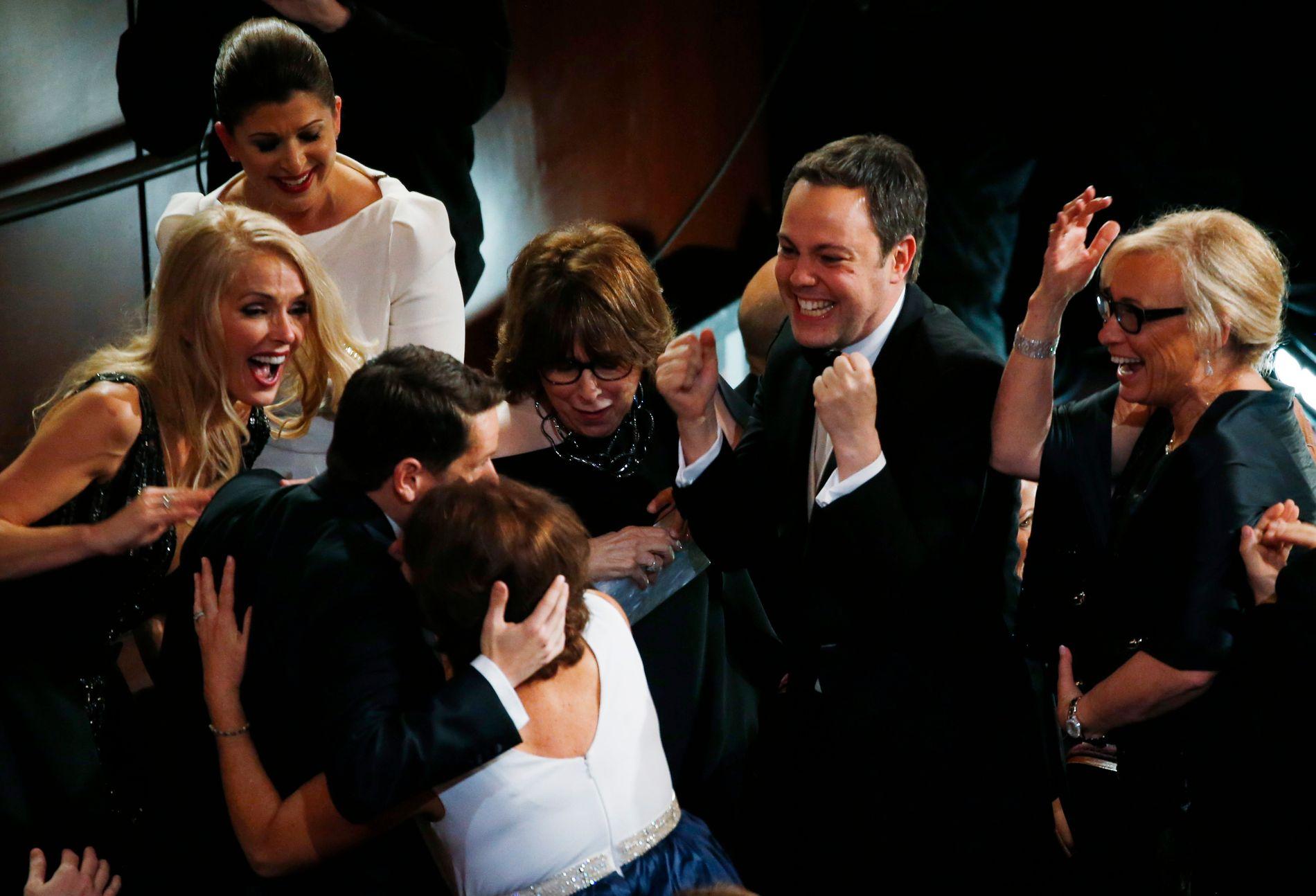 FEIRER GULLSTATUETTEN: Manusforfatter Graham Moore feirer at filmen «The Imitation Game» vant Oscar i kategorien beste adapterte manus.