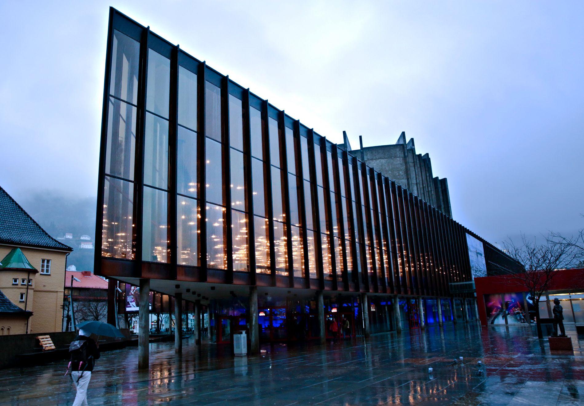 LAMPER: Lampene på innsiden av Grieghallen gjør at den lyser opp på kveldstid.