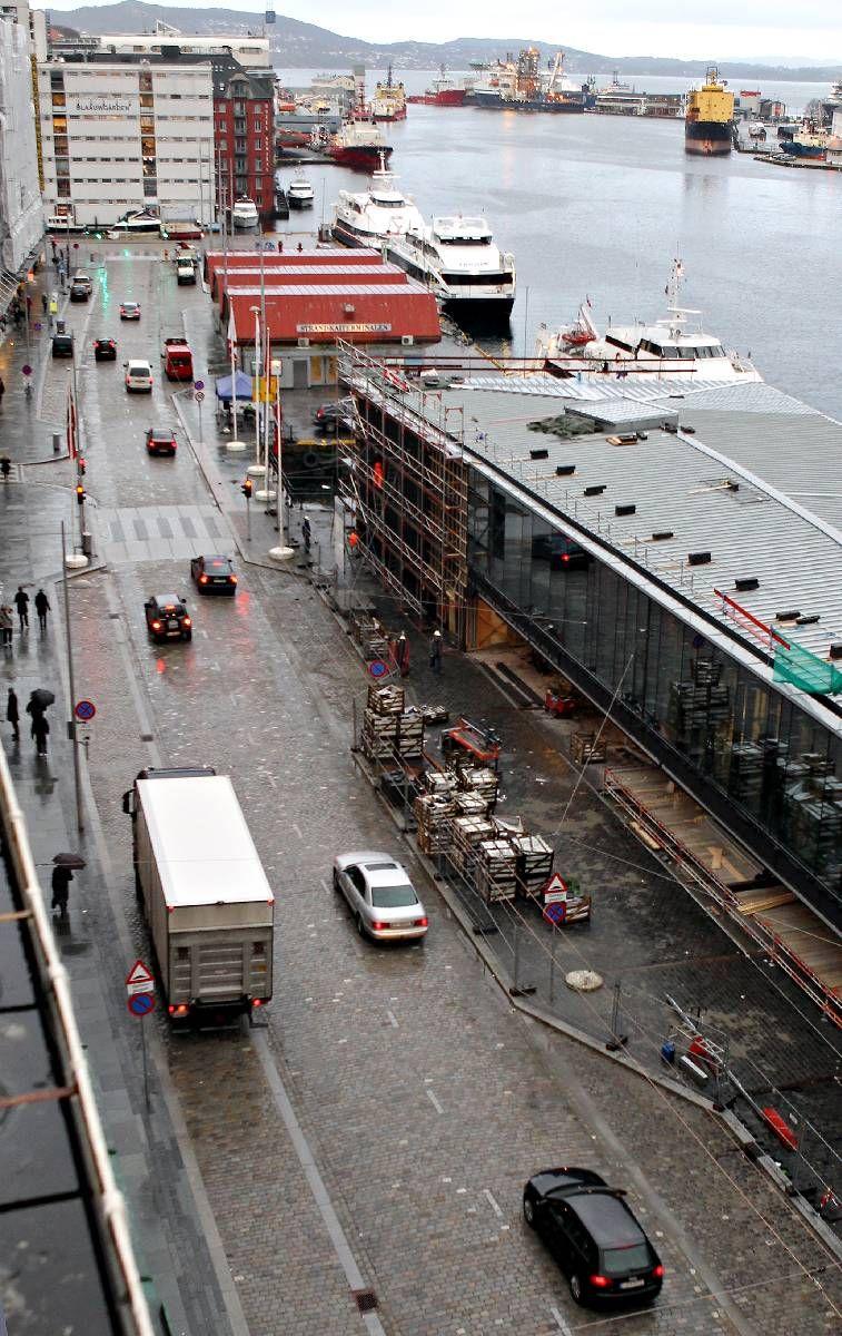 BACK IN BUSINESS: Det tok ikke mange minuttene før halvannet år med anleggsarbeid var glemt og bilene atter okkuperte Strandkaien.
