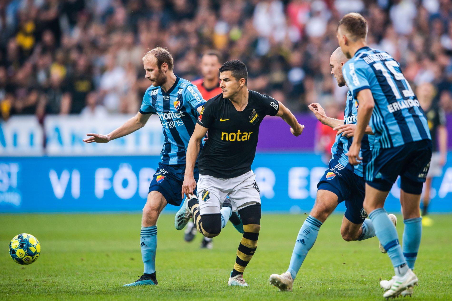 Tarik Elyounoussi i aksjon for AIK hjemme mot Djurgården 1. september.