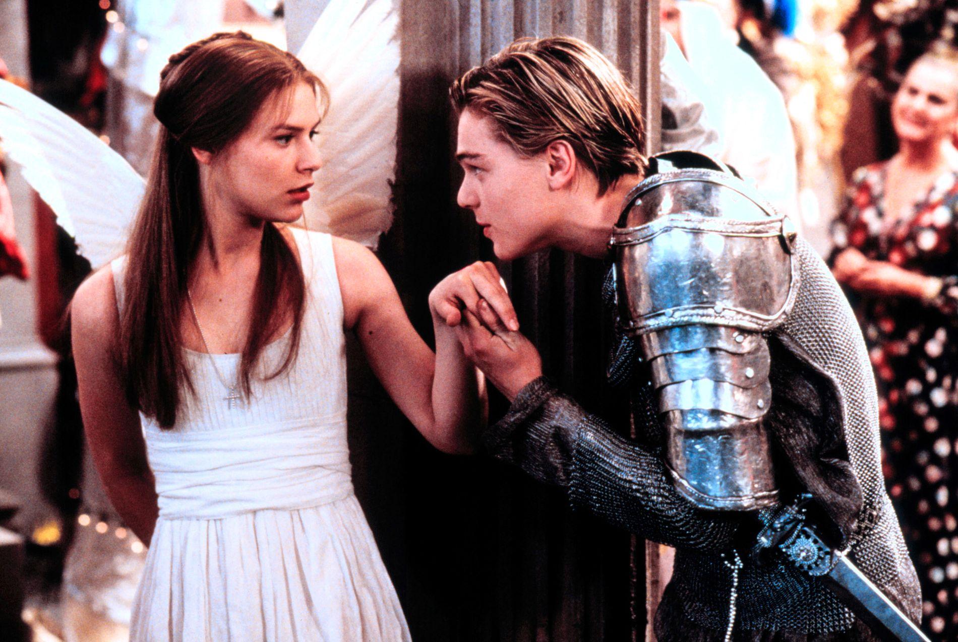 EVENS FAVORITTFILM: «Romeo + Juliet», et amerikansk drama fra 1996 av Baz Luhrmann, er en gjenganger i sesong tre av «Skam». Og jammen dukker ikke sangen «Kissing You» av Des'ree fra filmen opp i scenen med Even og Isak i bassenget.
