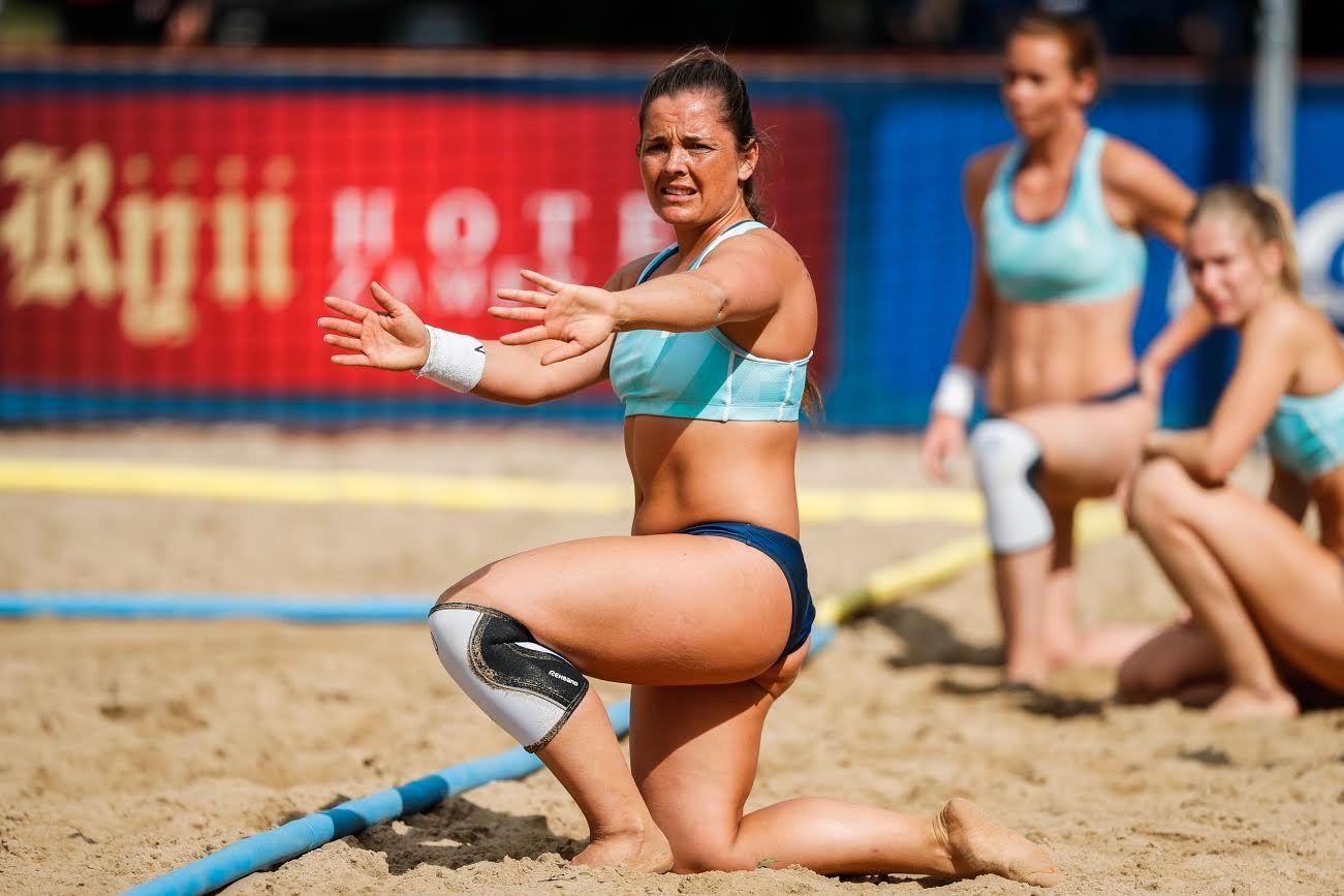 Spillere på landslaget i beachhåndball er blitt vant til å ha på lite klær når det er kamp.