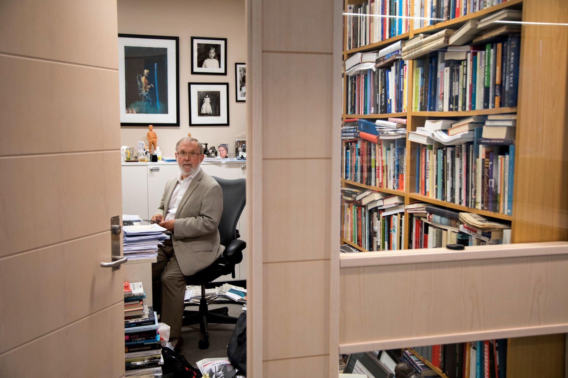 SLUTTER: Kollegene sitter i åpne landskap, men Harald Stanghelle har eget kontor. Ryddig er det ikke der inne.