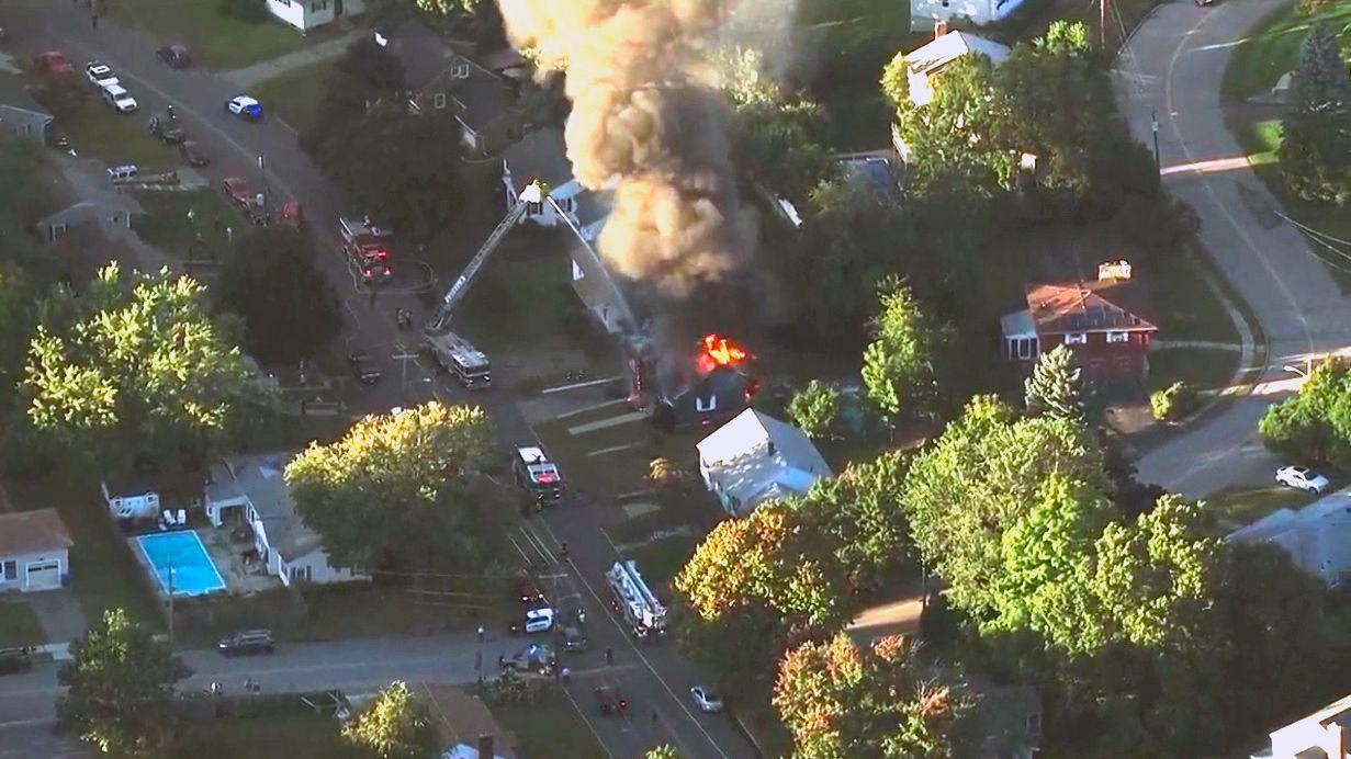 STORBRANN: Brannmannskaper prøver å slukke et overtent hus i Lawrence i Massachusetts.