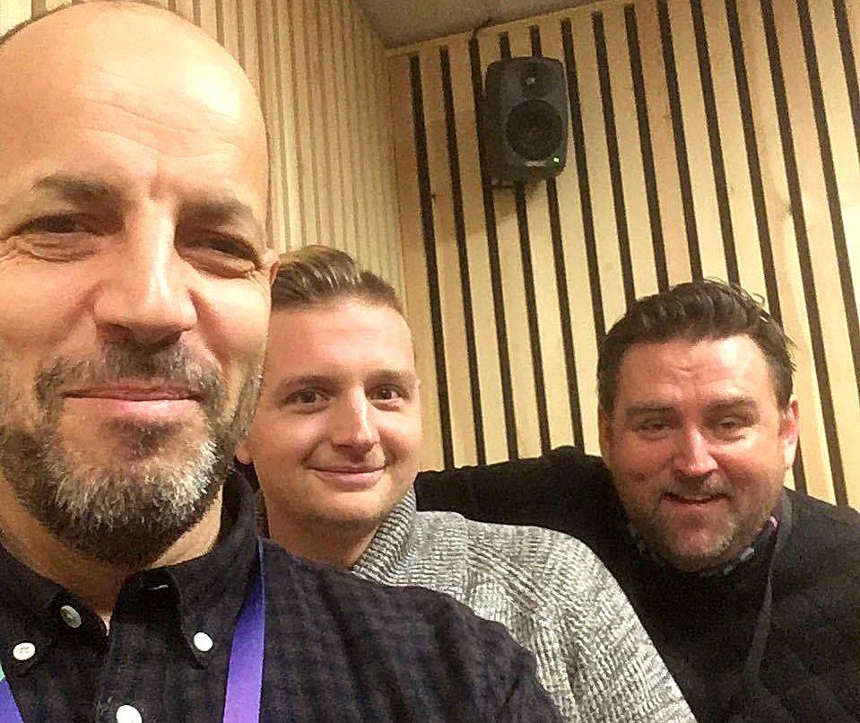 HYPPIG GJEST: Remi André Taule har flere ganger vært gjest i BTs Ballspark-podkast. Her er han i studio med Doddo og Erik Huseklepp.