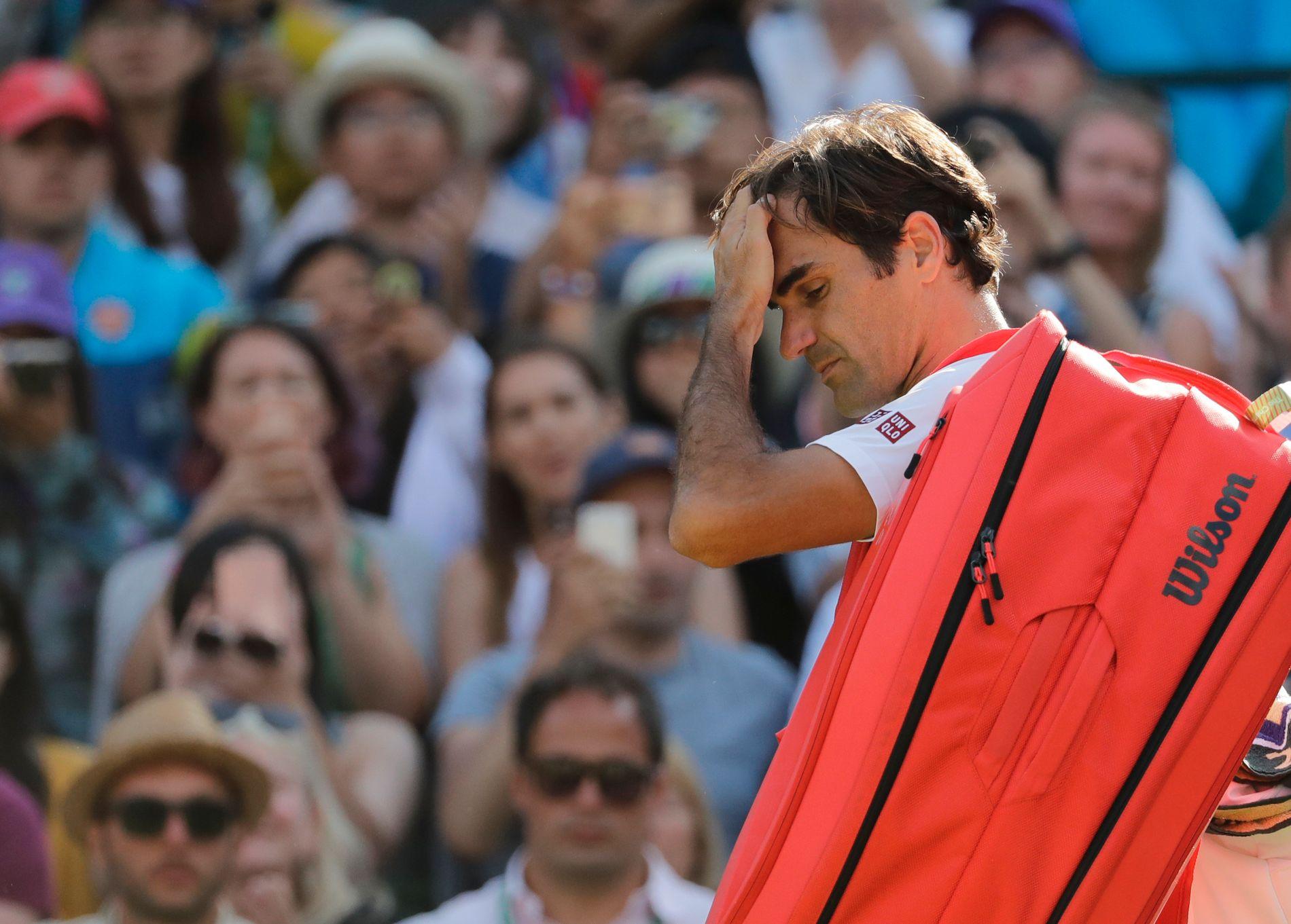 Roger Federer ble slått ut av Wimbledon-turneringen onsdag selv om han vant de to første settene mot Kevin Anderson.