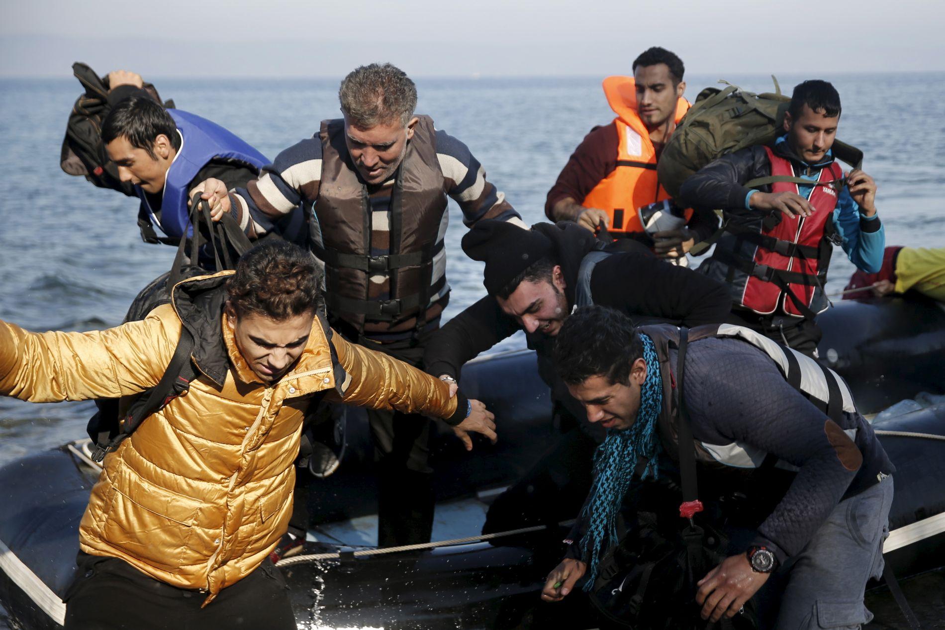 IKKE TILPASSET: Flyktninger som ankom den greske øyen Lesbos med båt onsdag. Dagens regelverk er ikke tilpasset det store antallet flyktninger som nå kommer til Europa