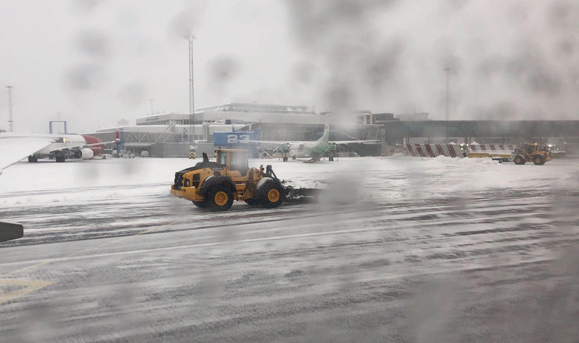 Teknisk feil på avisingsbil mens snøen laver ned på Flesland – en rekke flyavganger er kansellerte