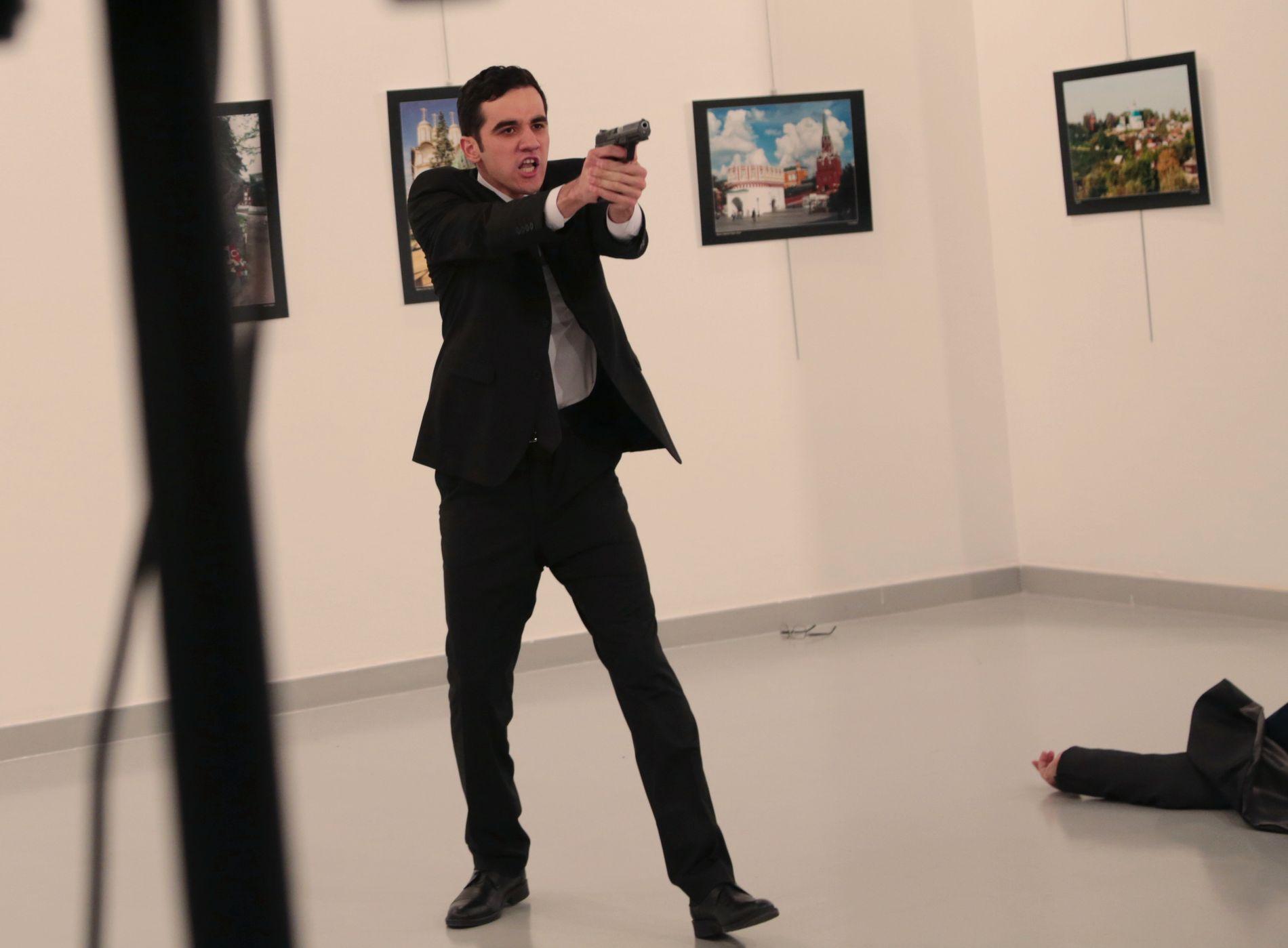 - SKJØT: Ifølge flere medier skal dette være gjerningsmannen som skjøt og drepte den russiske ambassadøren (liggende på gulvet).
