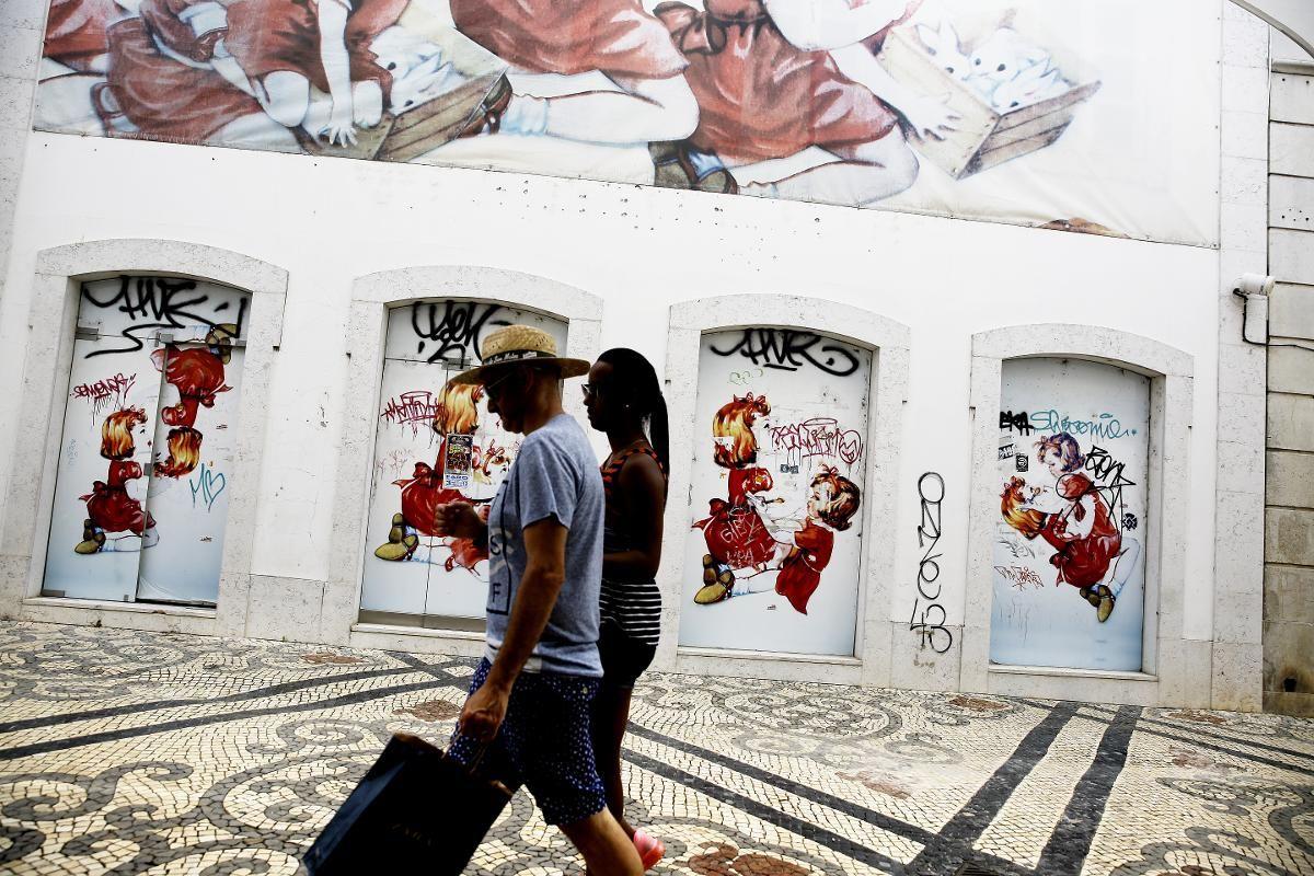 BYLIV: Bygatene i sentrum av Faro er full av intrikat gatekunst, små smijernsbalkonger og fargerike bygninger. Store seil henger over gatene for å gjøre gatene skyggefylle i den varmeste tiden. God shopping er det også.