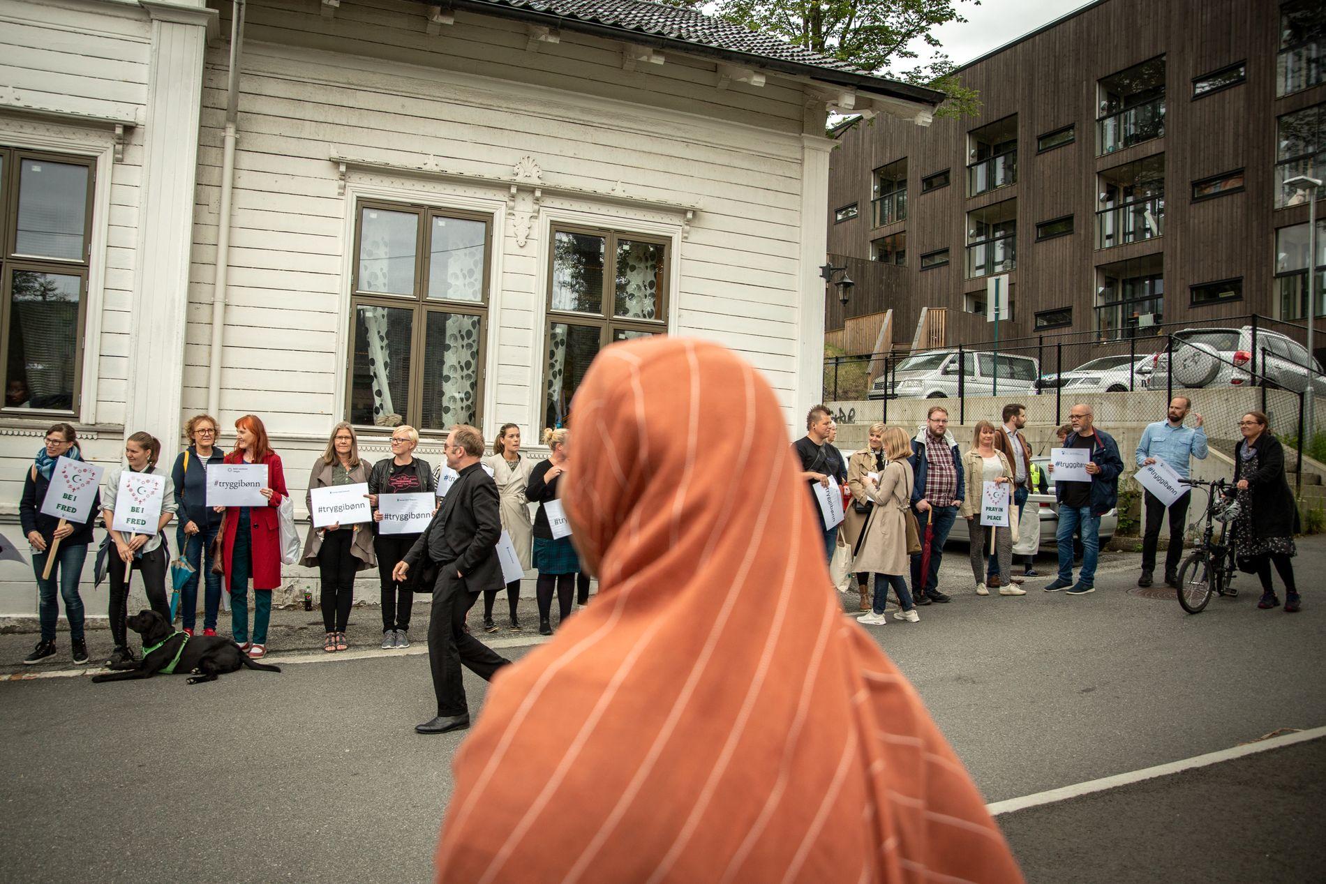 STØTTE: Rundt hundre personer hadde møtt opp for å vise sin støtte til Bergens muslimske befolkning.