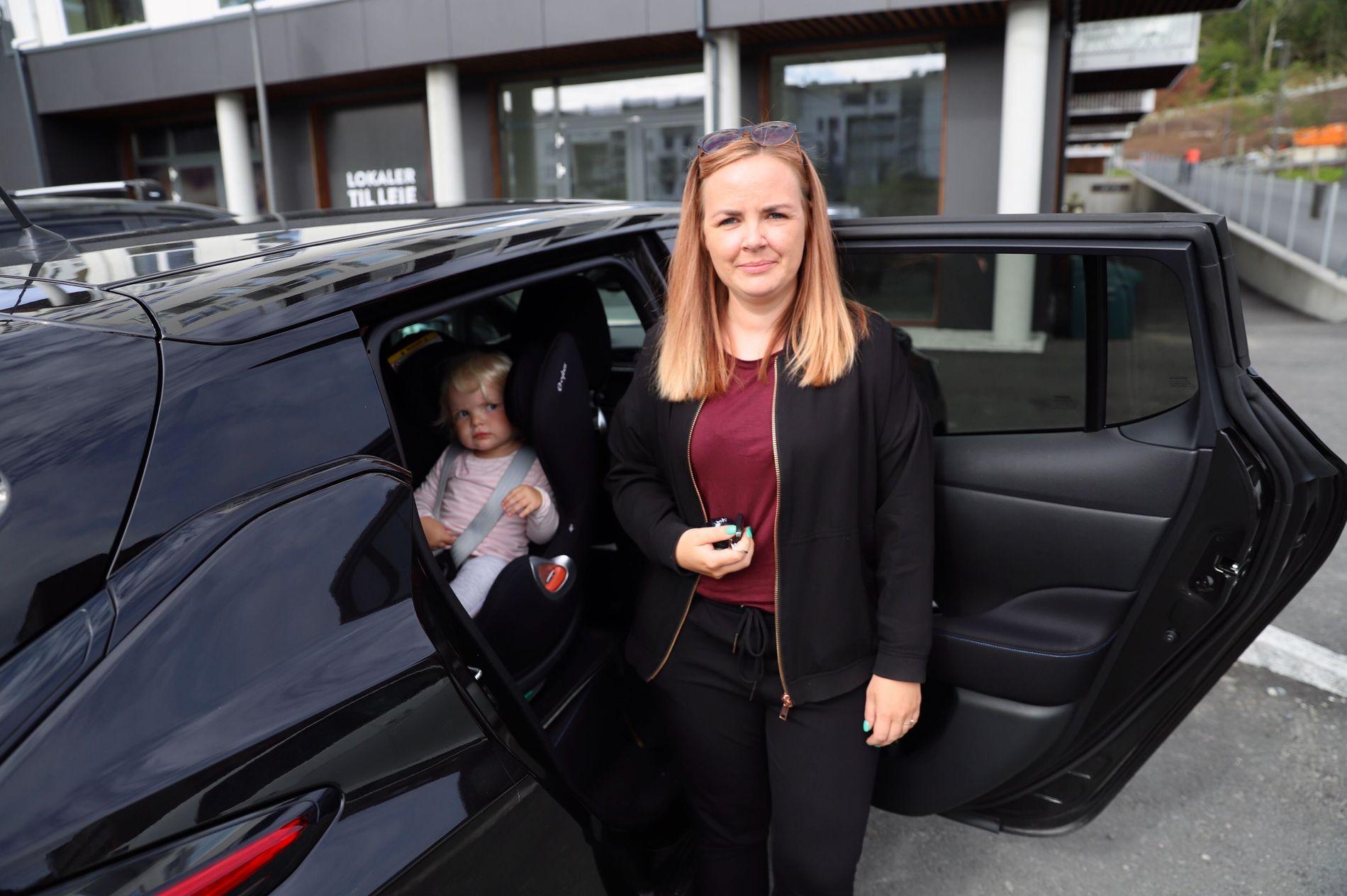 FULLE BÆREPOSER: Charlotte Elvsaas fant hyller som var i ferd med å tømmes i butikken.