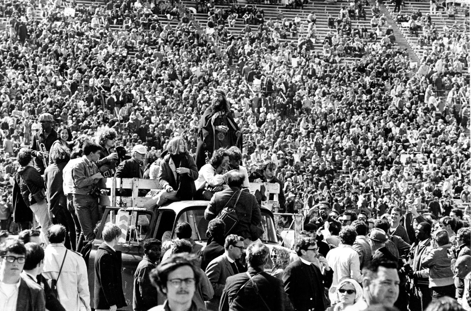 PROTEST: 60.000 hippier demonstrerte mot USAs involvering i Vietnamkrigen på Kezar Stadion i San Francisco, 1967. MDG burde ta en diskusjon med gjenlevende hippier, for de er ikke grønne lenger, mener Torgeir Tønnesen.