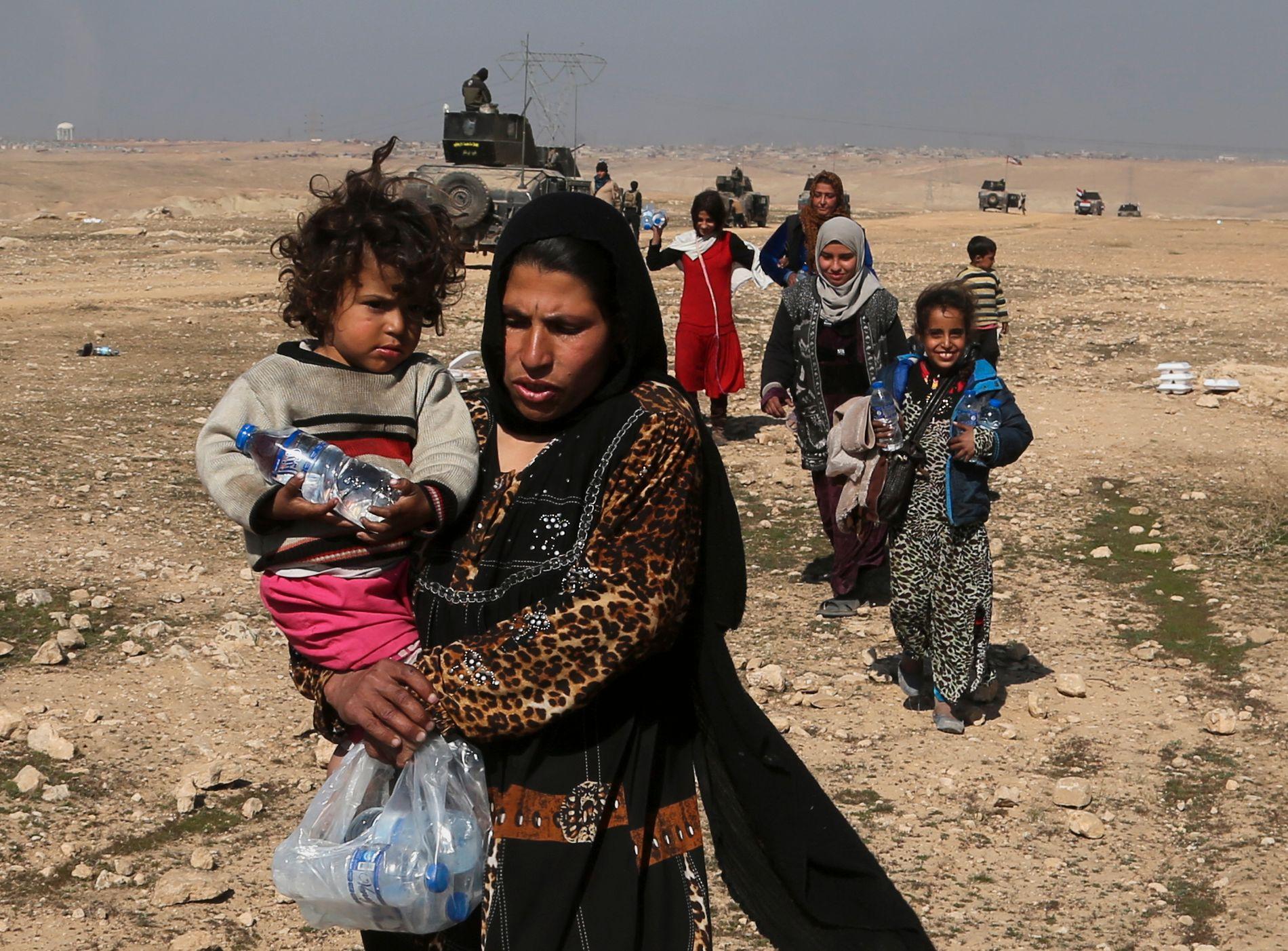 BESKYTTES: Vi har også understreket overfor irakiske myndigheter at kvinner, som har vært ofre for seksualisert vold under ISIL, må beskyttes mot represalier når byen frigjøres. Bildet viser irakiske flyktninger fra Mosul.