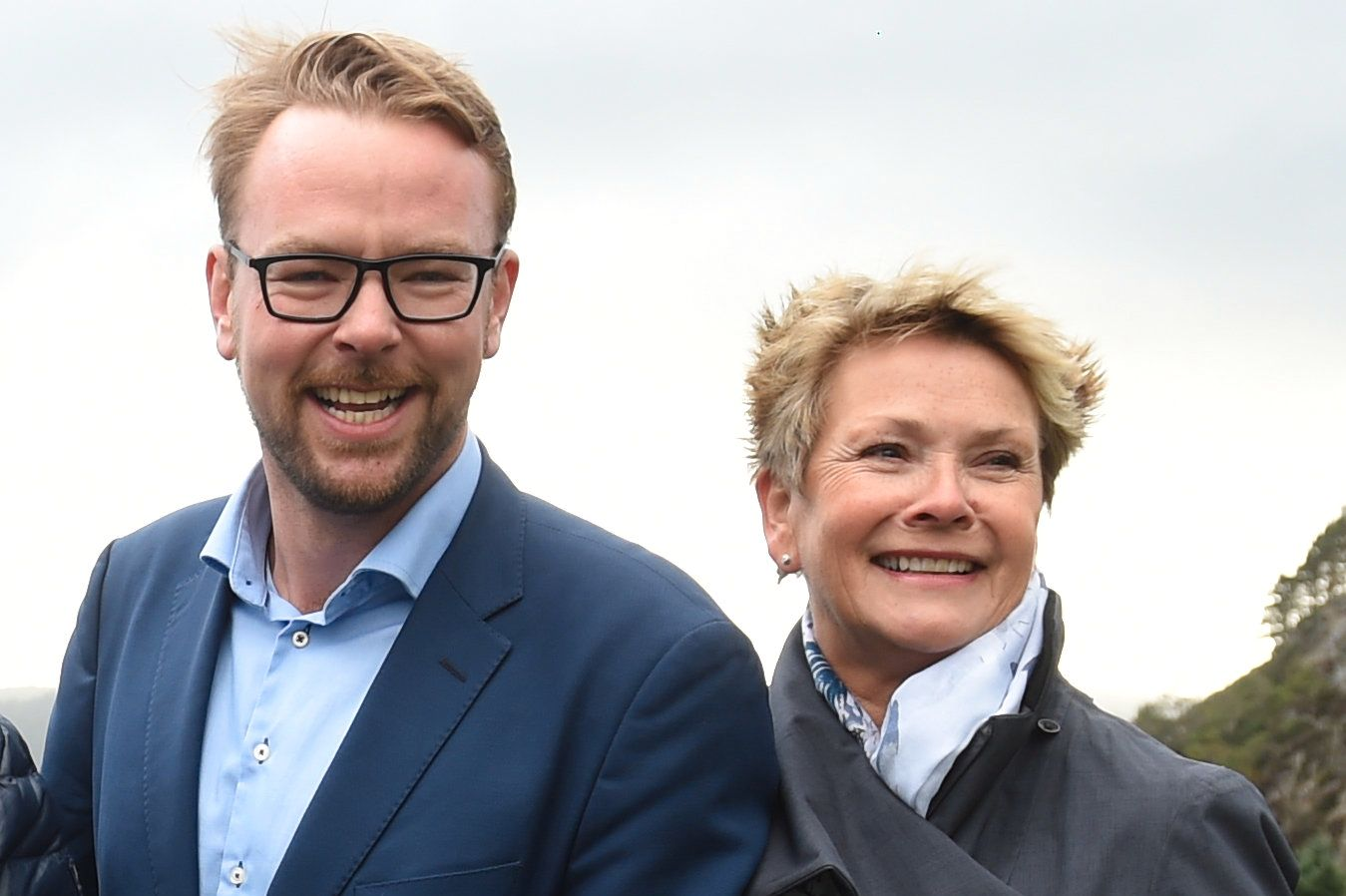 LØFTEBRUDD: For fire år siden solgte Arbeiderpartiet det som var viktigst for oss bergensere, for å kjøpe seg makt, skriver Harald Victor Hove (H) og Hilde Onarheim (H), her avbildet på husbesøk i forbindelse med valgkampen i Bergen.