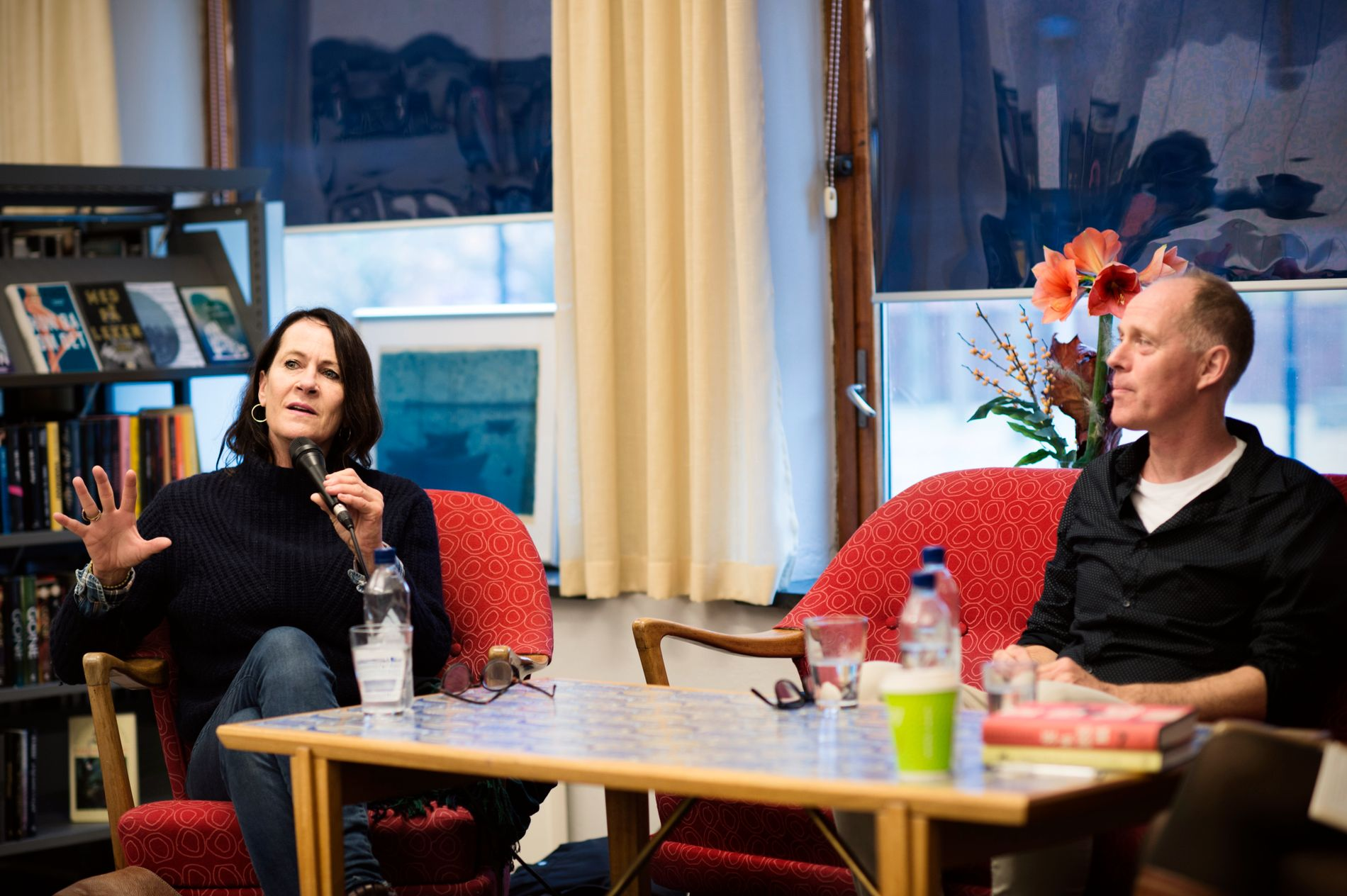 NYE BØKER: Fredag formiddag satt Vigdis Hjorth og kollega Geir Gulliksen på et fullstappet bibliotek og snakket om sine nye romanfigurer som om de var helt ekte, pustende mennesker, skriver Frode Bjerkestrand.