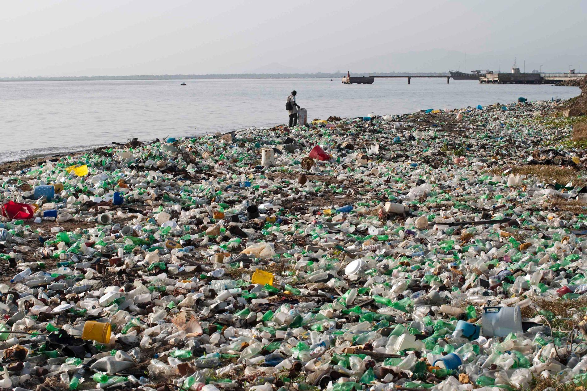BÆREKRAFTIG: Å bruke resirkulert plast fra den canadiske bedriften The Plastic Bank er en av mange måter bedrifter kan fornye seg på, skriver innsenderne. Selskapet betaler fattige mennesker i Haiti for å samle inn plast som seinere blir resirkulert og solgt videre til bedrifter. Bildet er fra Cap Haitien.