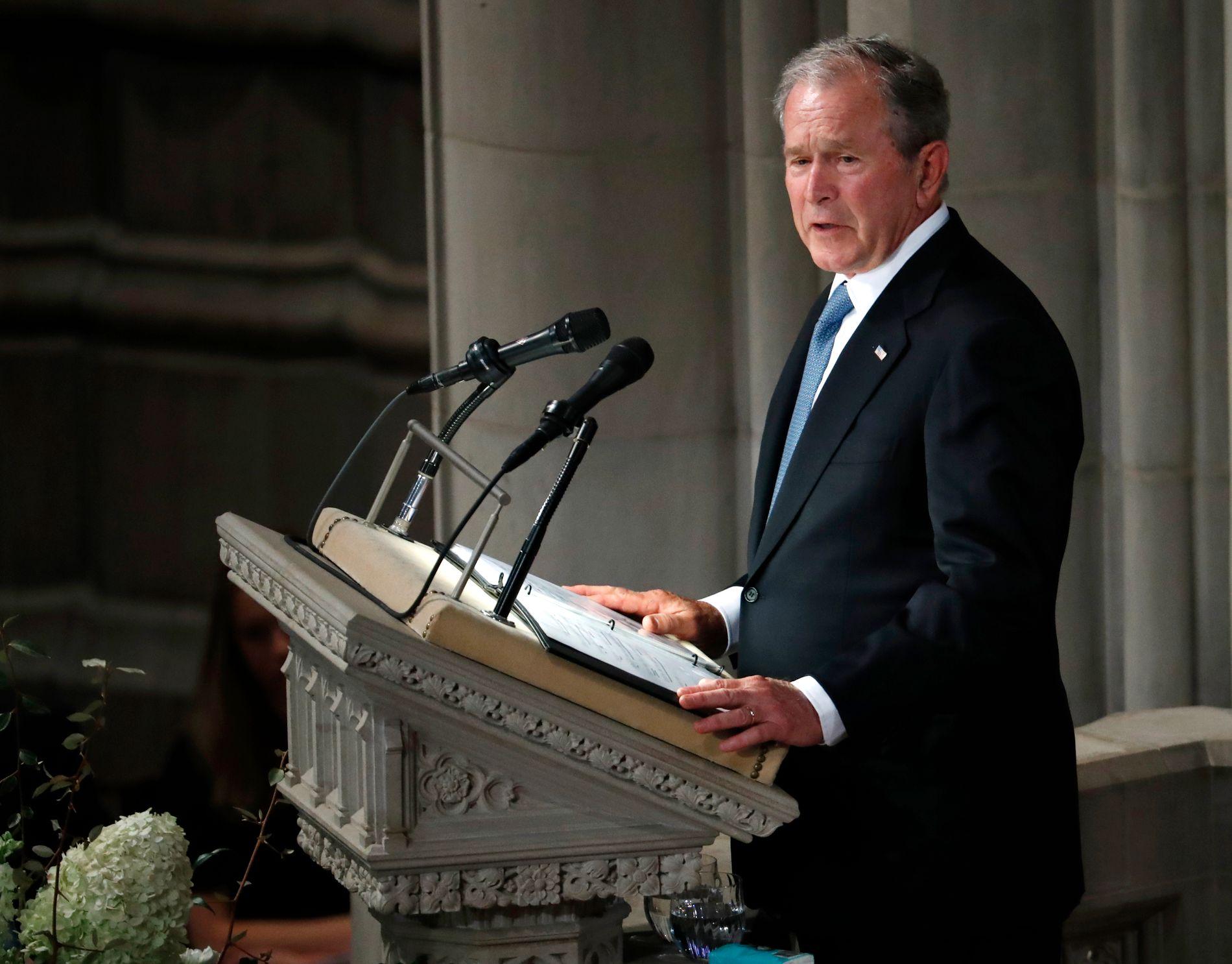 TALTE: Tidligere president George W. Bush holdt minnetale om John McCain i Washington lørdag. Han fortalte om vennskapet med sin tidligere rival.