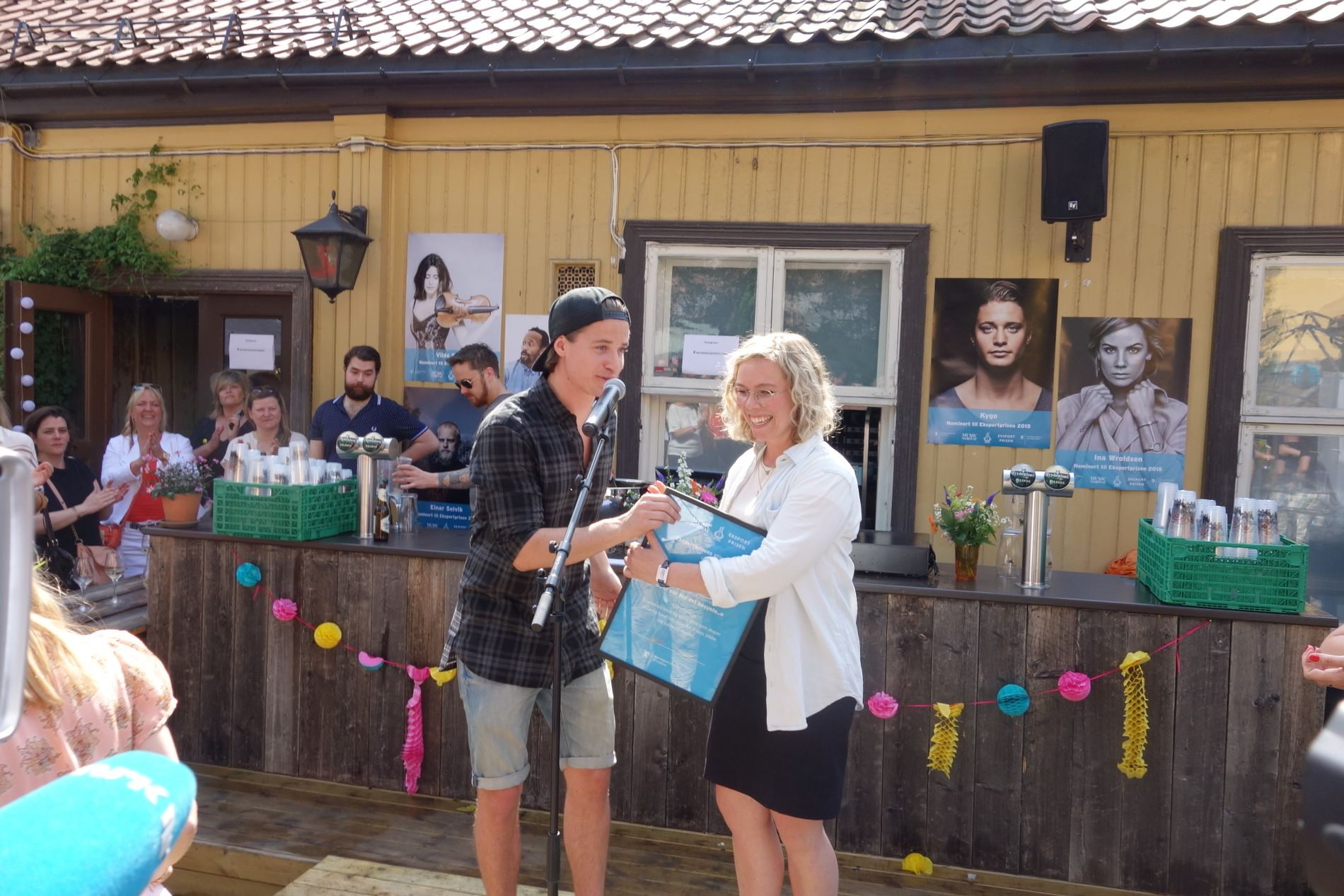 GAVE: Kygo overrakte stipendet på 100.000 kroner til Braks Karen Sofie Sørensen.