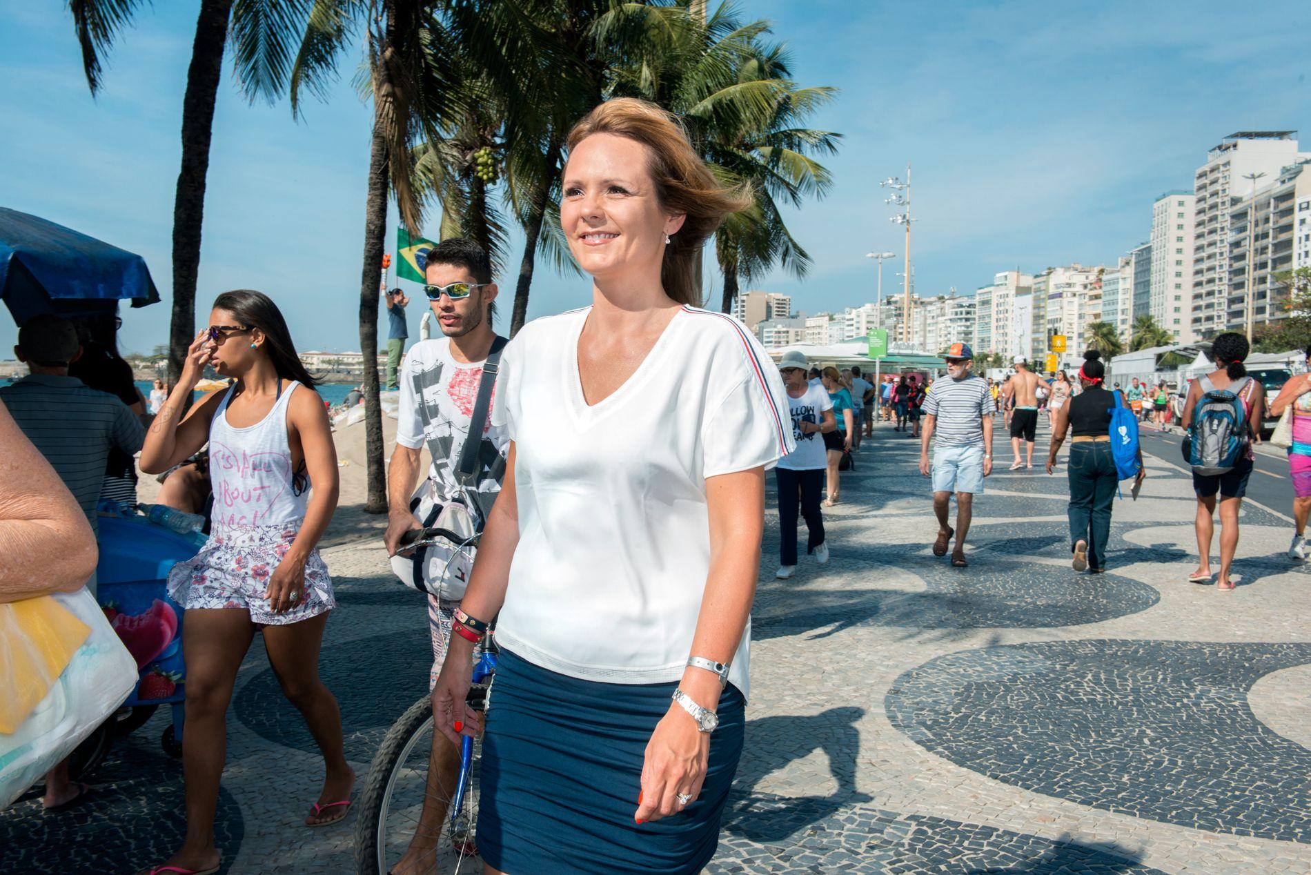 Kulturminister Linda Hofstad Helleland langs Copacabana i Rio. Hun er der for blant annet å følge opp IOCs kvinneprosjekt, som hun leder. Målet er å øke kvinneandelen i internasjonal idrett.