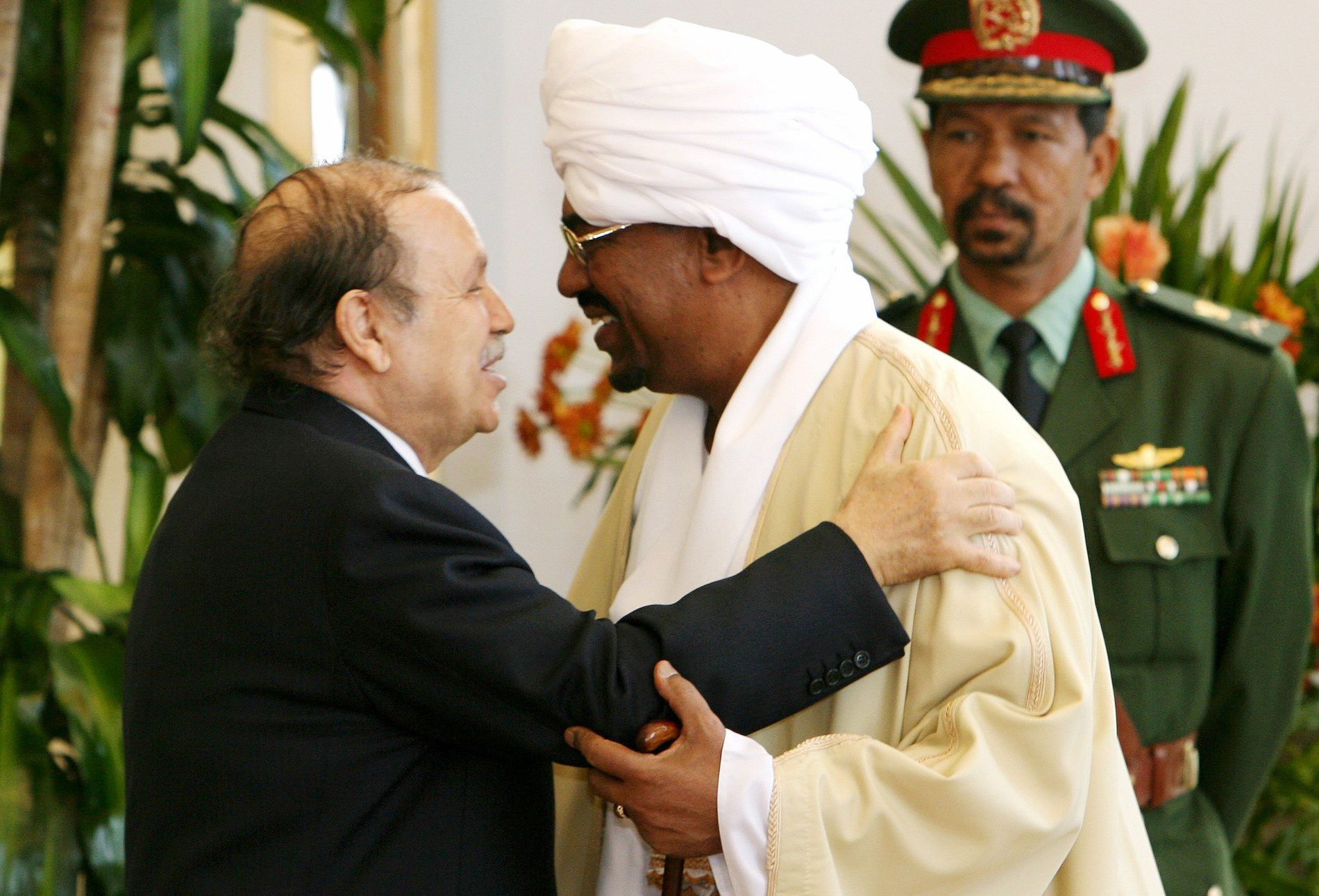 AVSETT: Abdelaziz Bouteflika og Omar al-Bashir på eit møte i Sudan i 2006. No er begge avsett frå maktposisjonane sine.