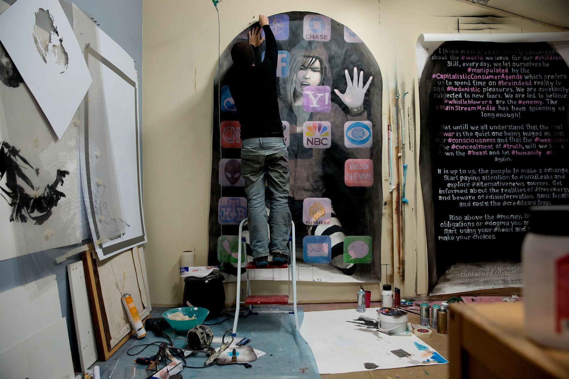 VERKSTEDET: AFKs nye piece ble laget på verkstedet hans, og satt opp under Smørsbroen i natt.
