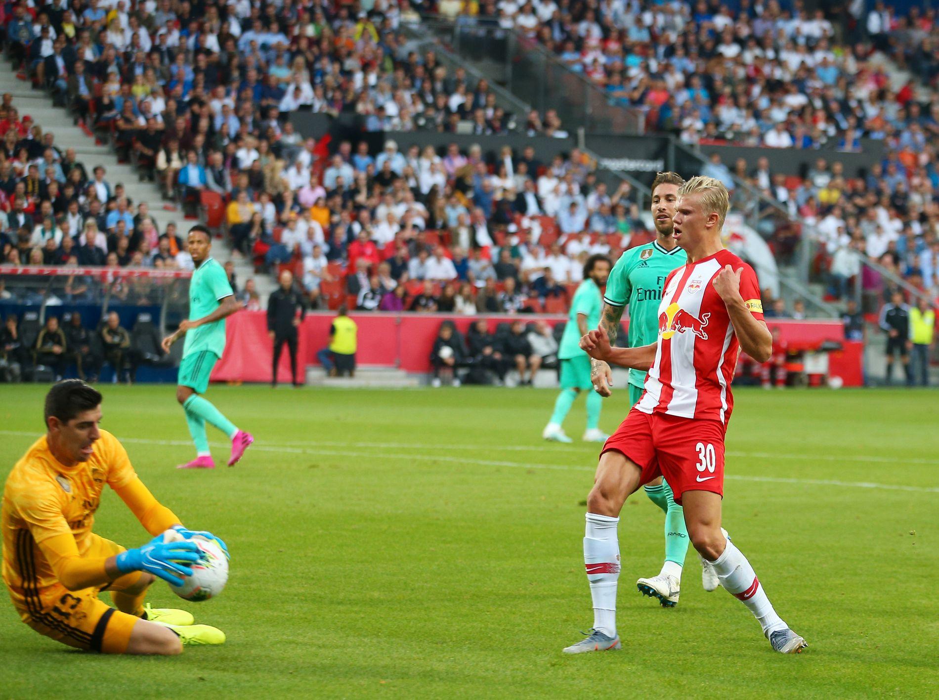 Erling Braut Haaland har vært fast på Red Bull Salzburg-laget som har vunnet begge sine to første seriekamper i østerriksk Bundesliga. Her i aksjon mot Real Madrid.